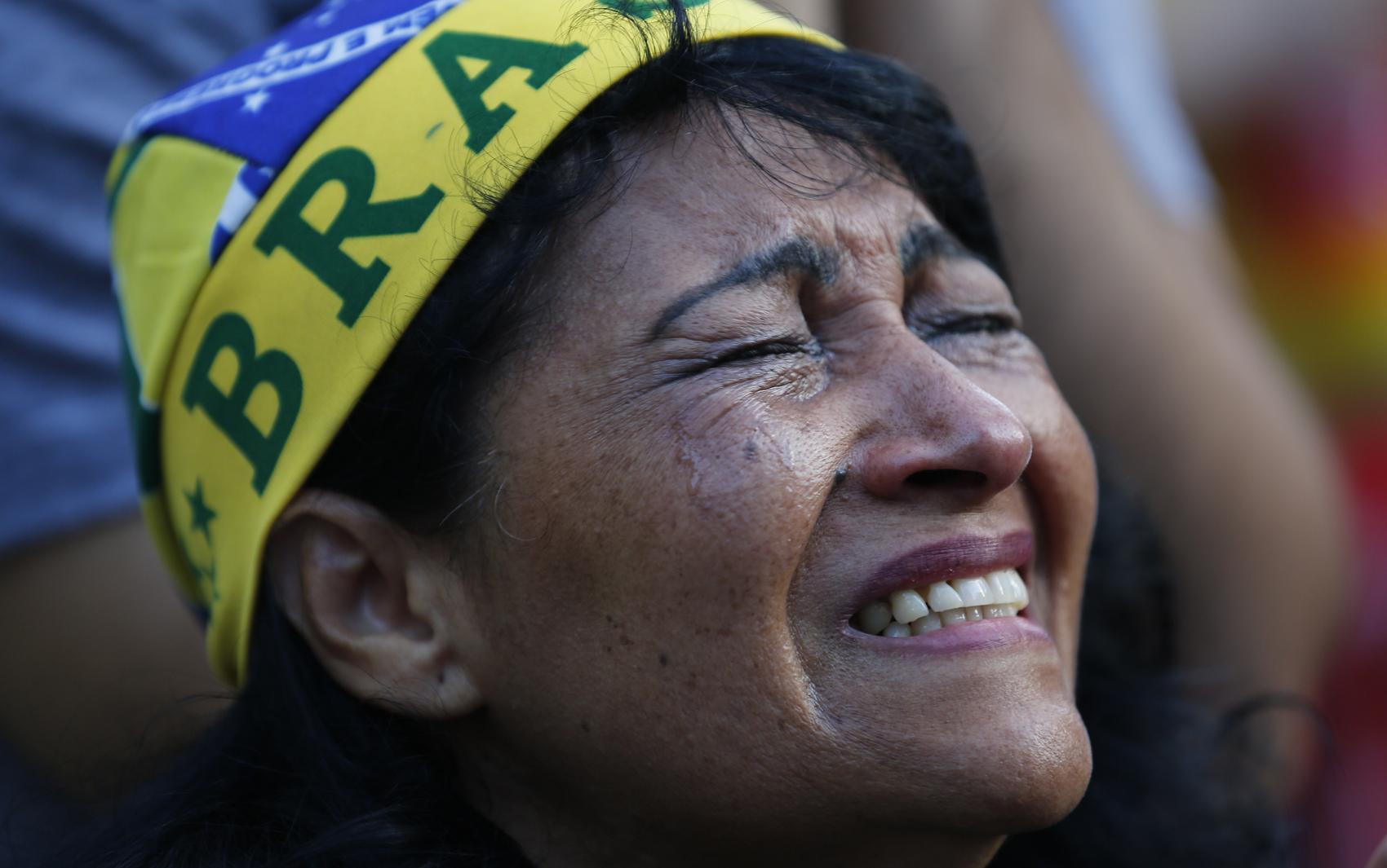 Torcedora chora após derrota da seleção brasileira em São Paulo