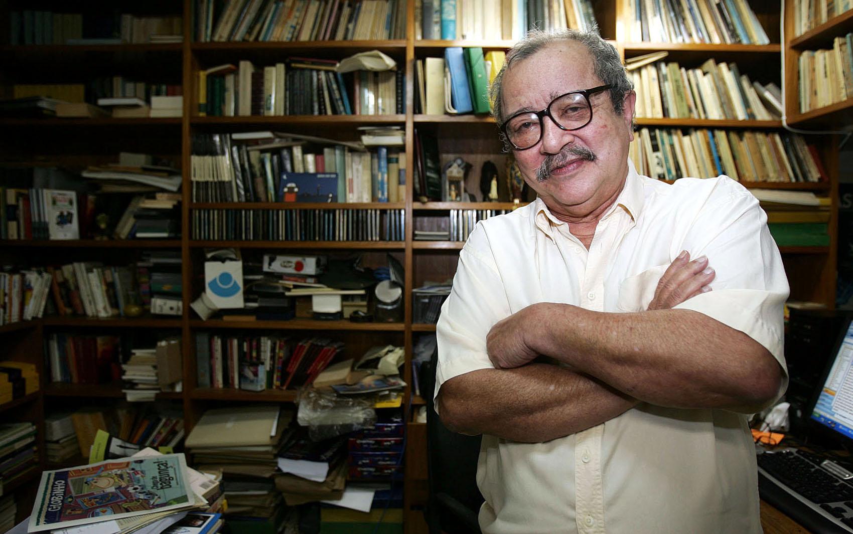"""Ele é autor de livros como """"Sargento Getúlio"""", """"O sorriso do lagarto"""", """"A casa dos budas ditosos"""" e """"Viva o povo brasileiro""""."""