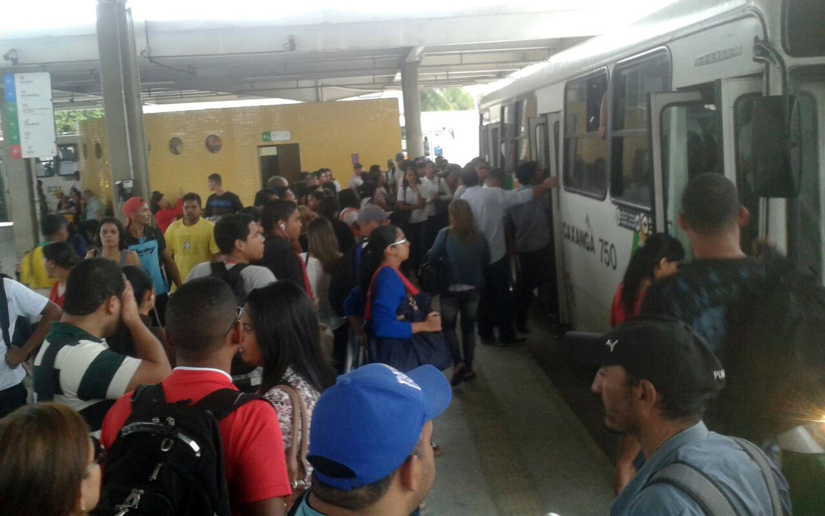 Passageiros reclamam de demora de ônibus no Terminal do Xambá, em Olinda