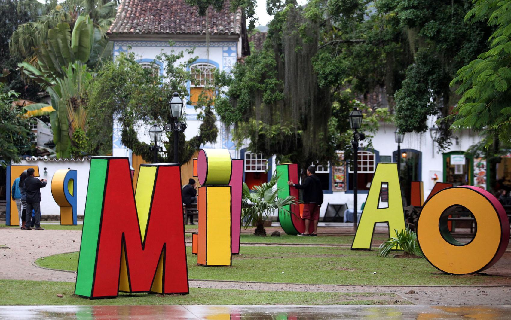 Letras gigantes foram colocadas em Paraty para a 12ª edição da Flip, que começa na quarta-feira (30) e homenageia Millôr Fernandes