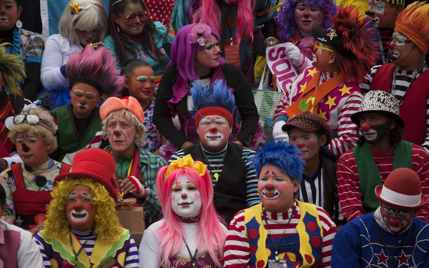 Palhaços posam para foto oficial do encontro latino-americano de palhaços na cidade da Guatemala