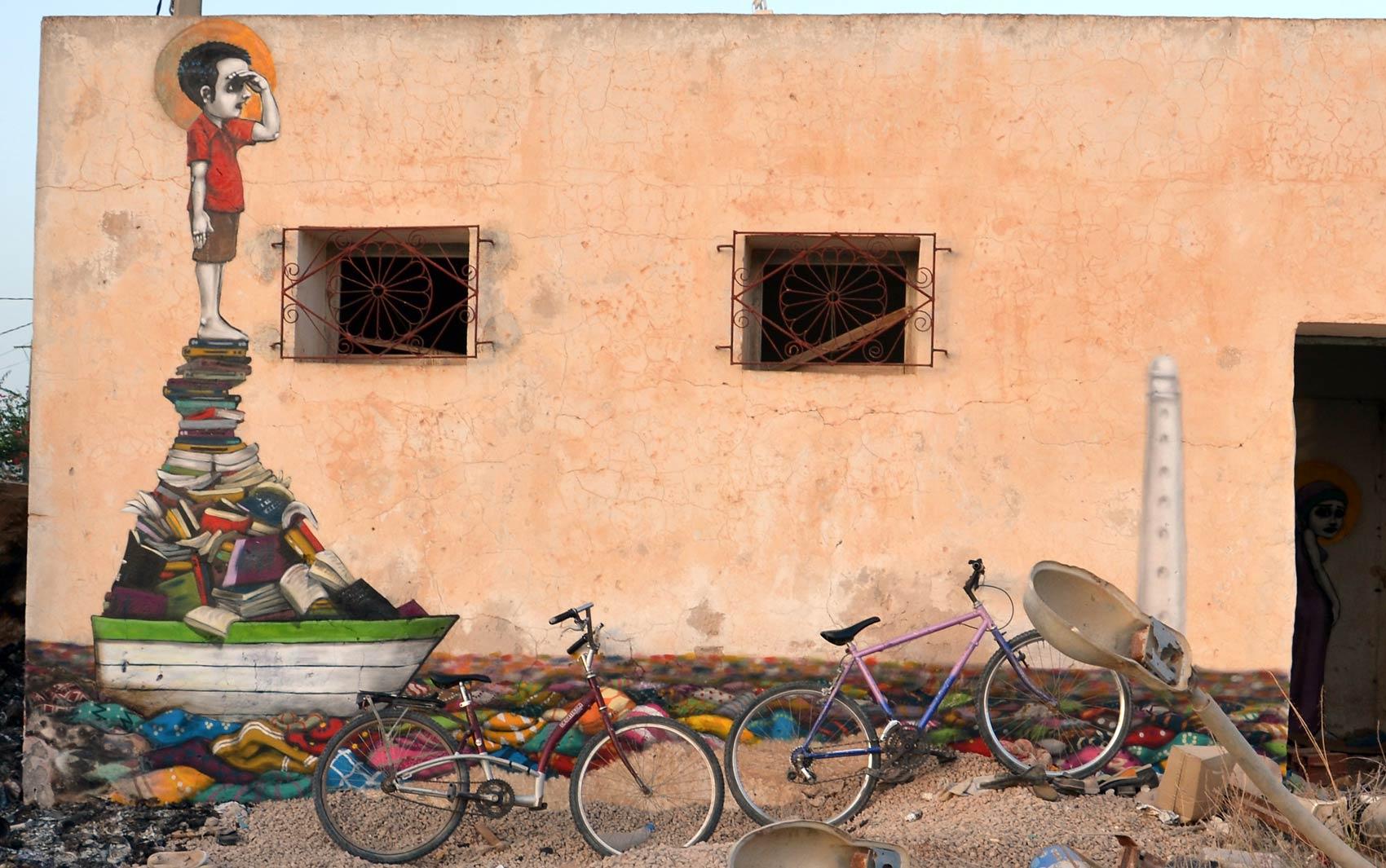 A ilha de Djerba, na Tunísia, está sendo transformada num museu de grafite a céu aberto por mais de 100 artistas de 40 países. Os prédios com a arquitetura característica da região estão sendo coloridos a convite do artista tunisiano Mehdi Ben Cheikh