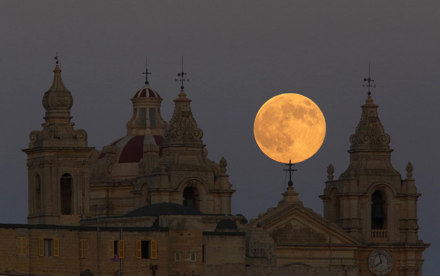 'Superlua' atrás da catedral de Mdina, em Malta, neste domingo (10)