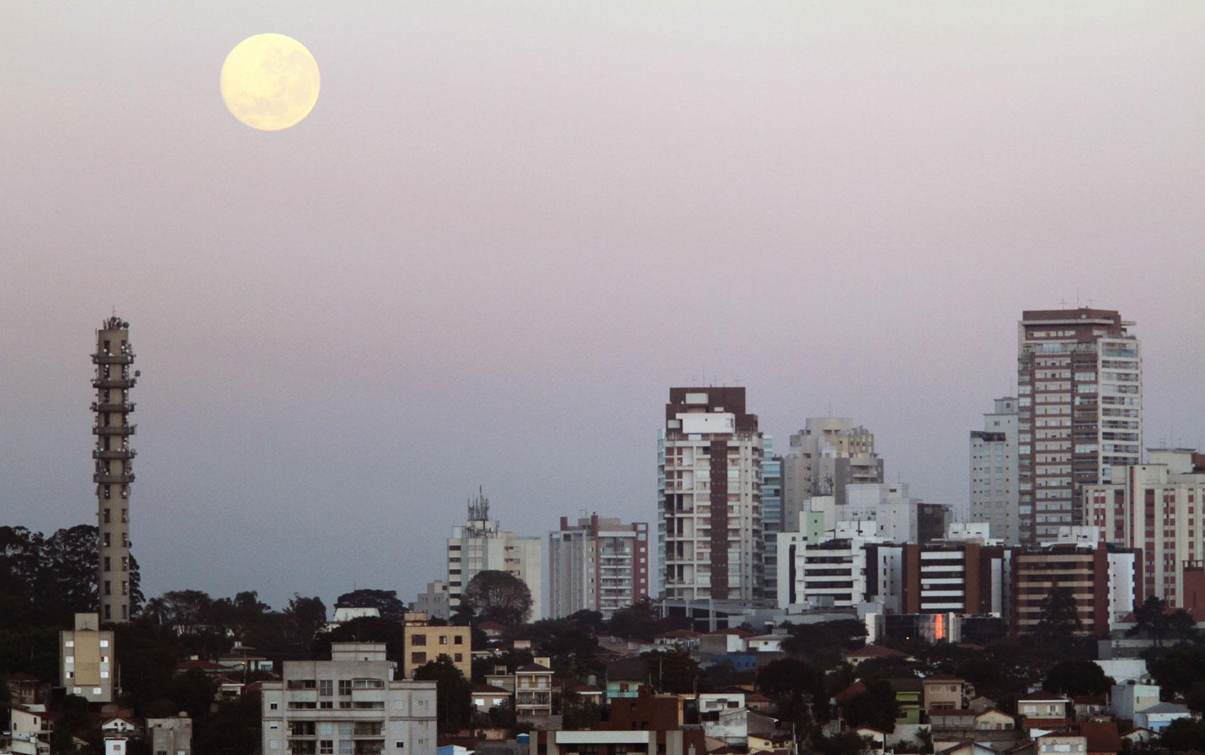 Vista da Lua na Região da Pompéia zona Oeste de São Paulo nesta segunda-feira (11)