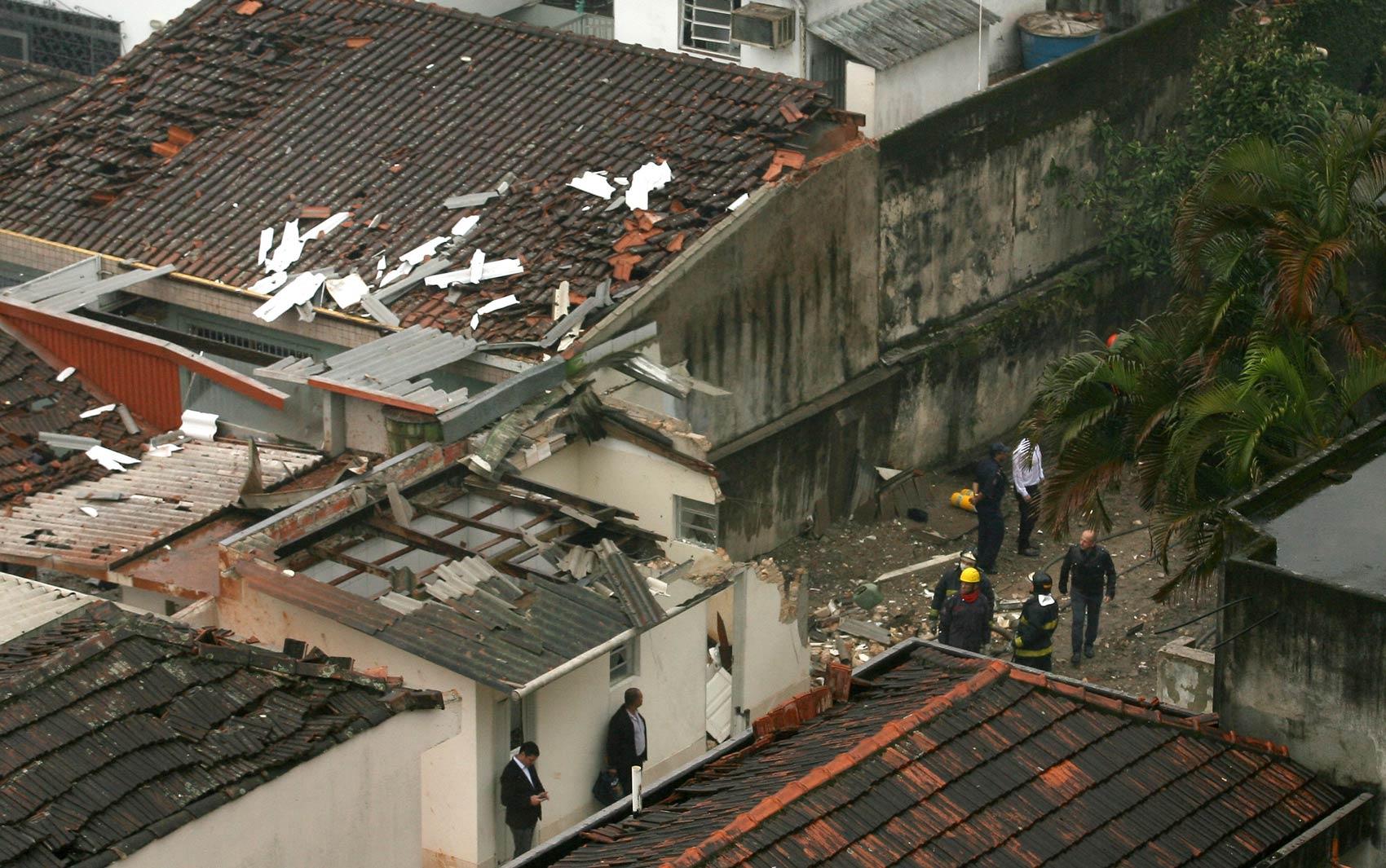 Bombeiros trabalham no local do acidente com a aeronave de Eduardo Campos, em Santos