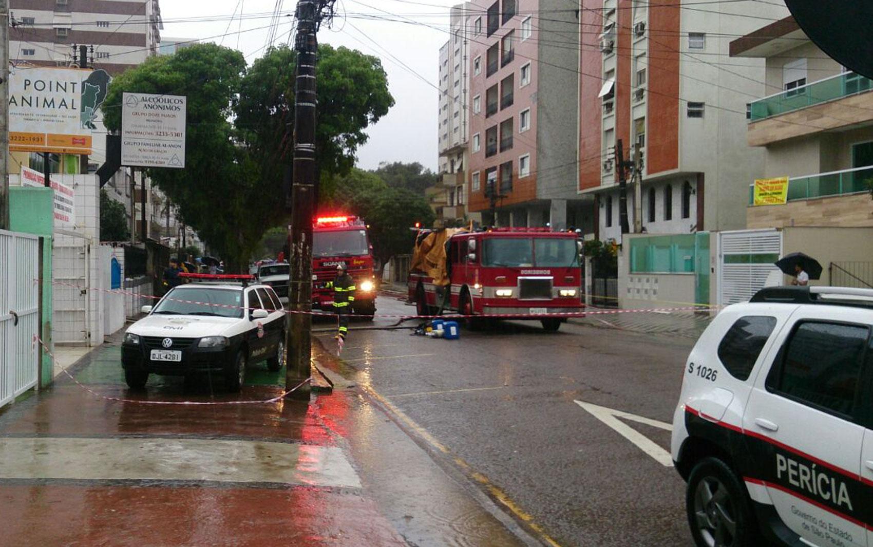 Aeronave caiu em área residencial de Santos nesta quarta-feira (13)