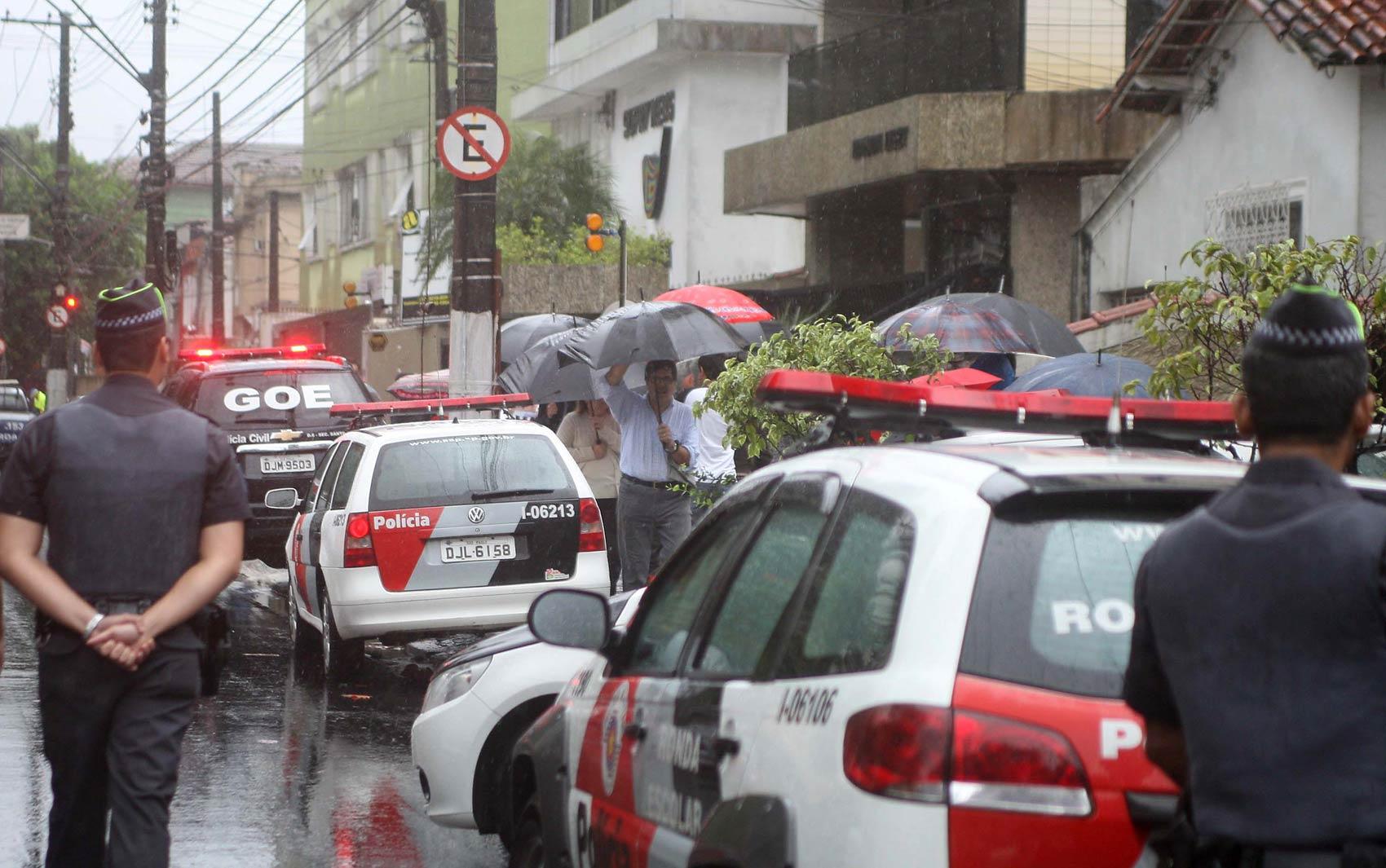 Movimentação na rua do local do acidente em Santos