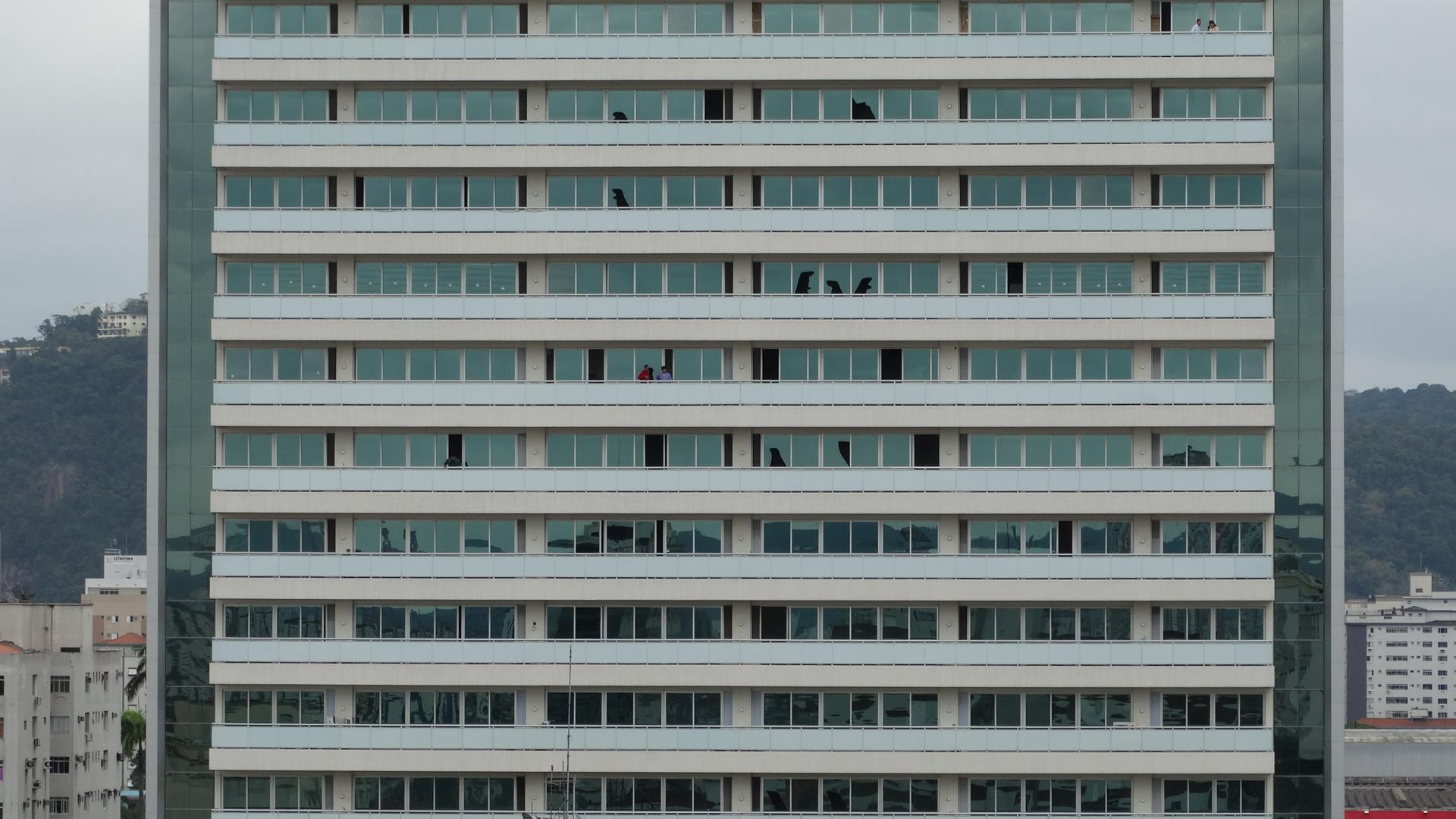Vidros de prédios vizinhos ao local do acidente em Santos se quebraram com o impacto