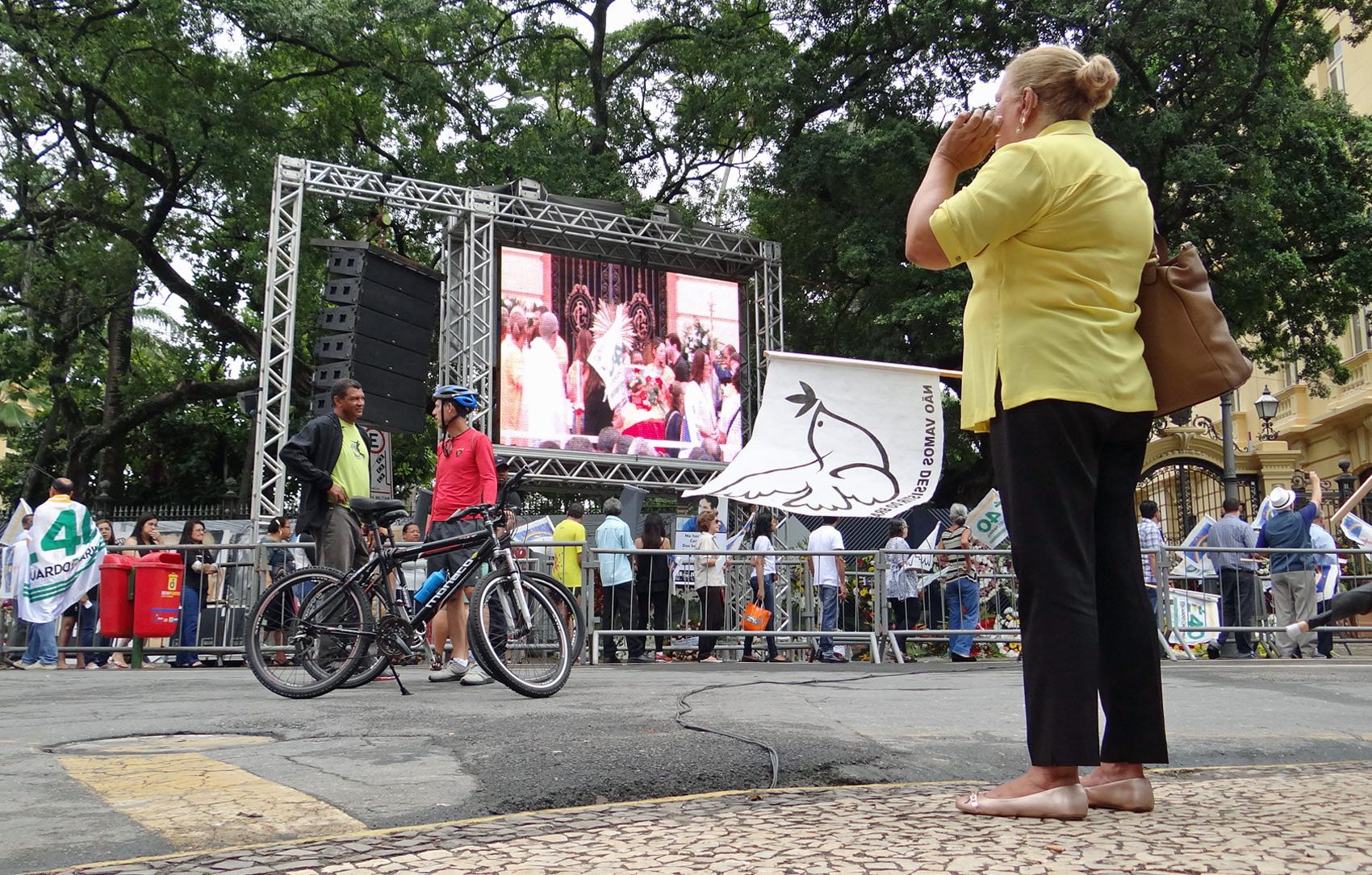 Telão mostra movimentação no velório de Eduardo Campos neste domingo (17)
