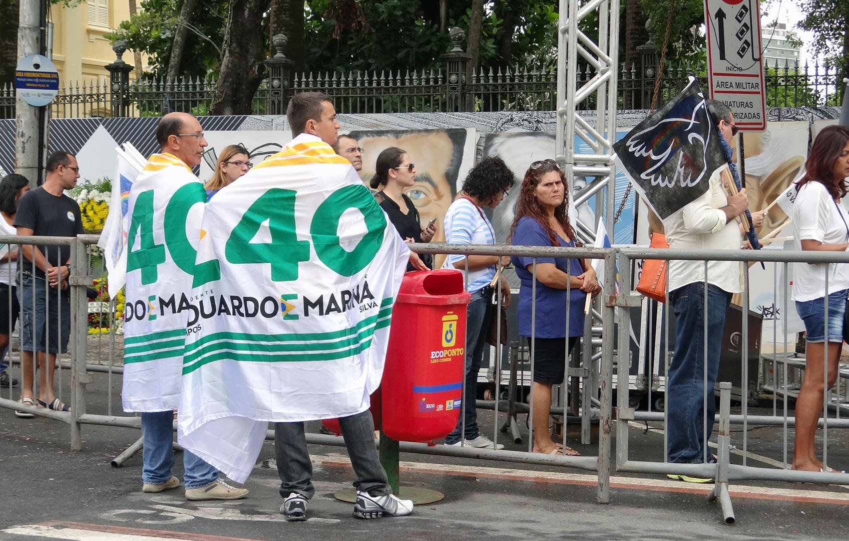 Muitas pessoas foram com bandeiras de apoio a candidatura de Campos