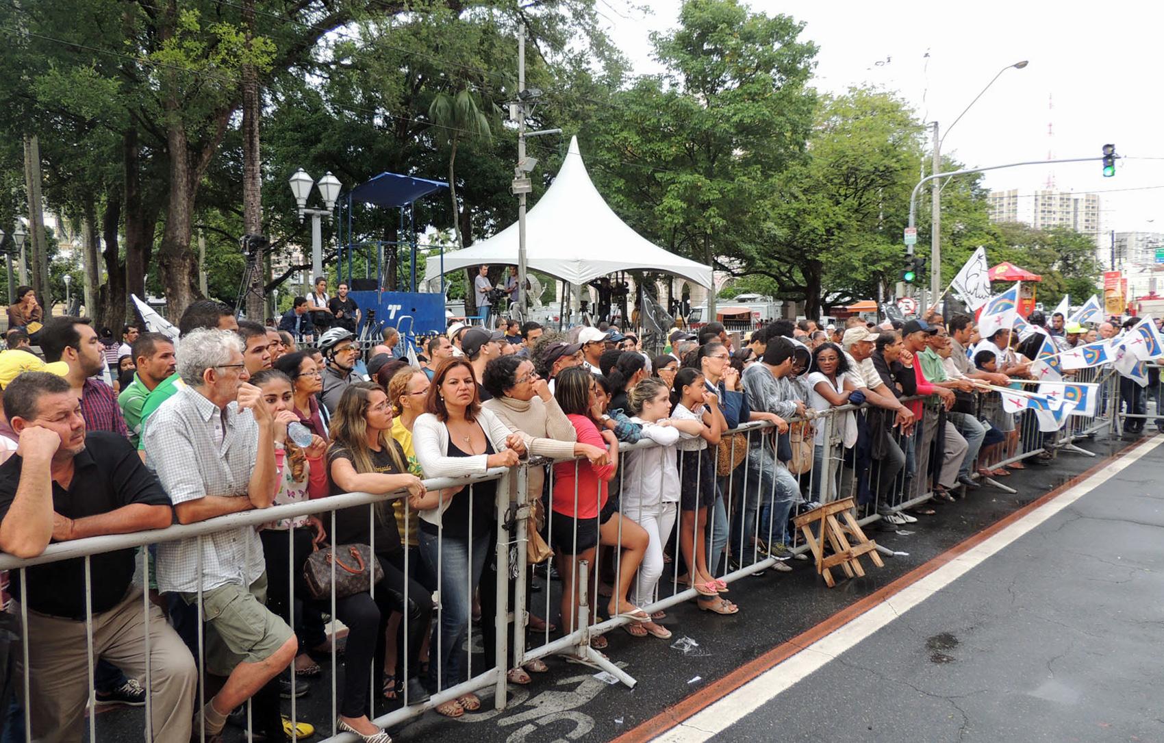Pessoas lotam ruas do entorno do Palácio Campo das Princesas para os velórios de Eduardo Campos, Carlos Percol e Alexandre Severo
