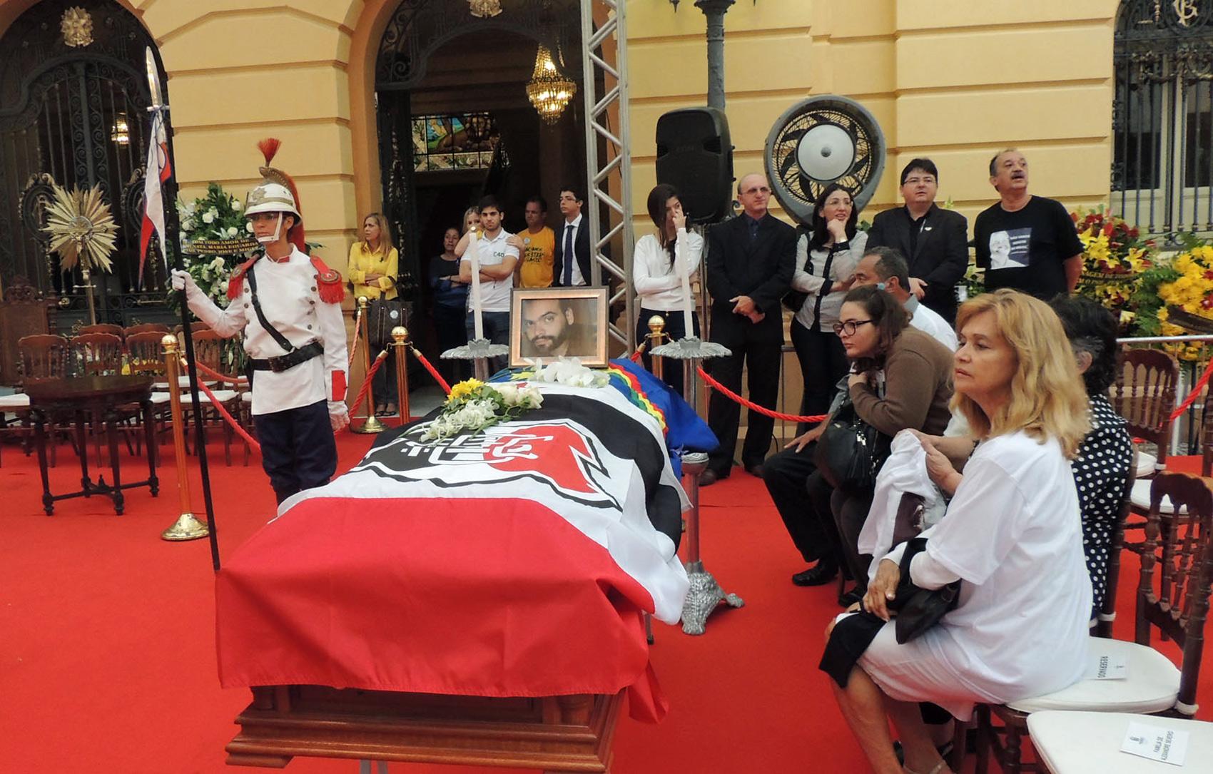 Caixão de Alexandre Severo foi coberto com a bandeira do Santa Cruz