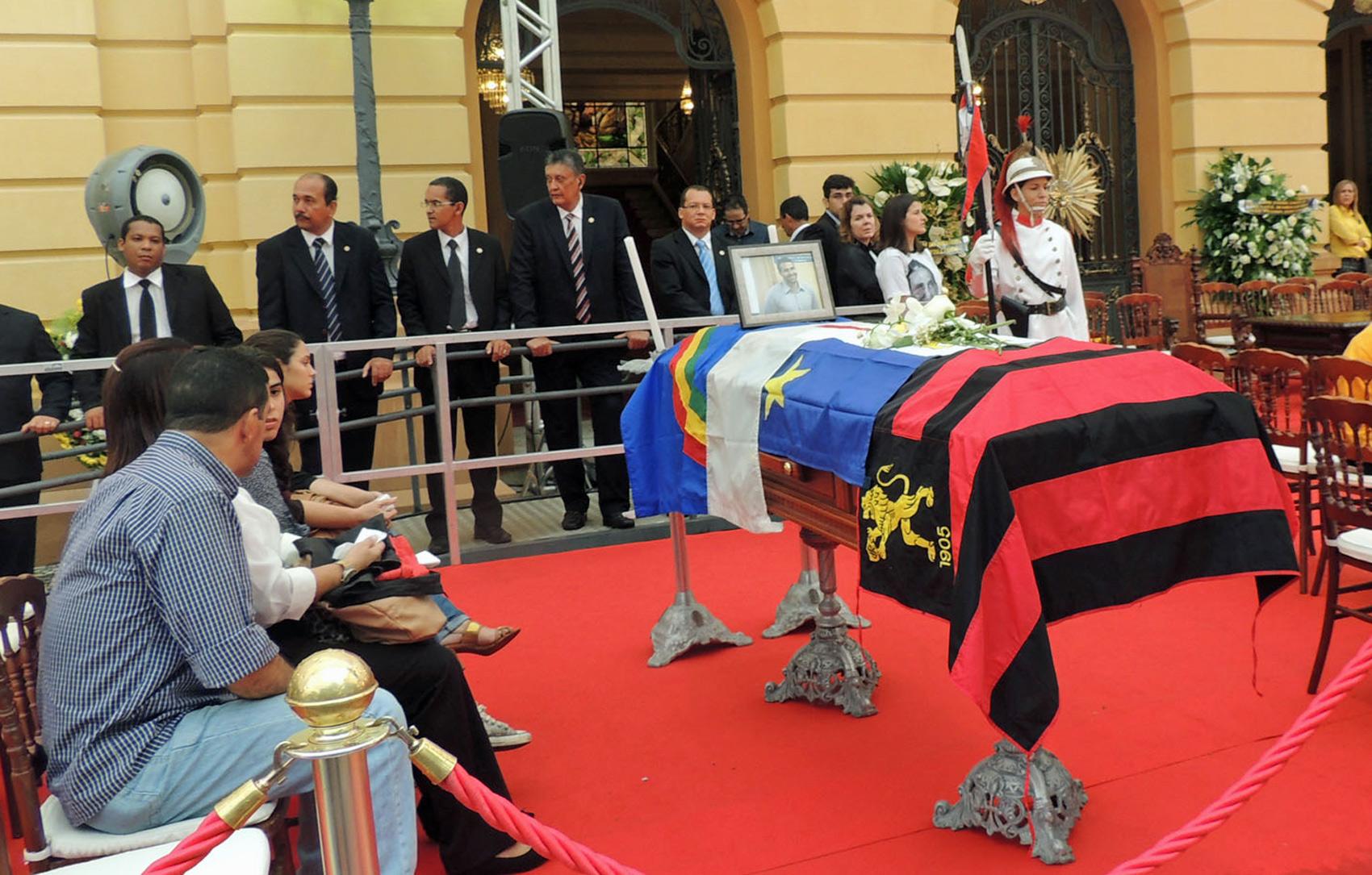 Caixão de Carlos Percol com as bandeiras de Pernambuco, Recife e do Sport
