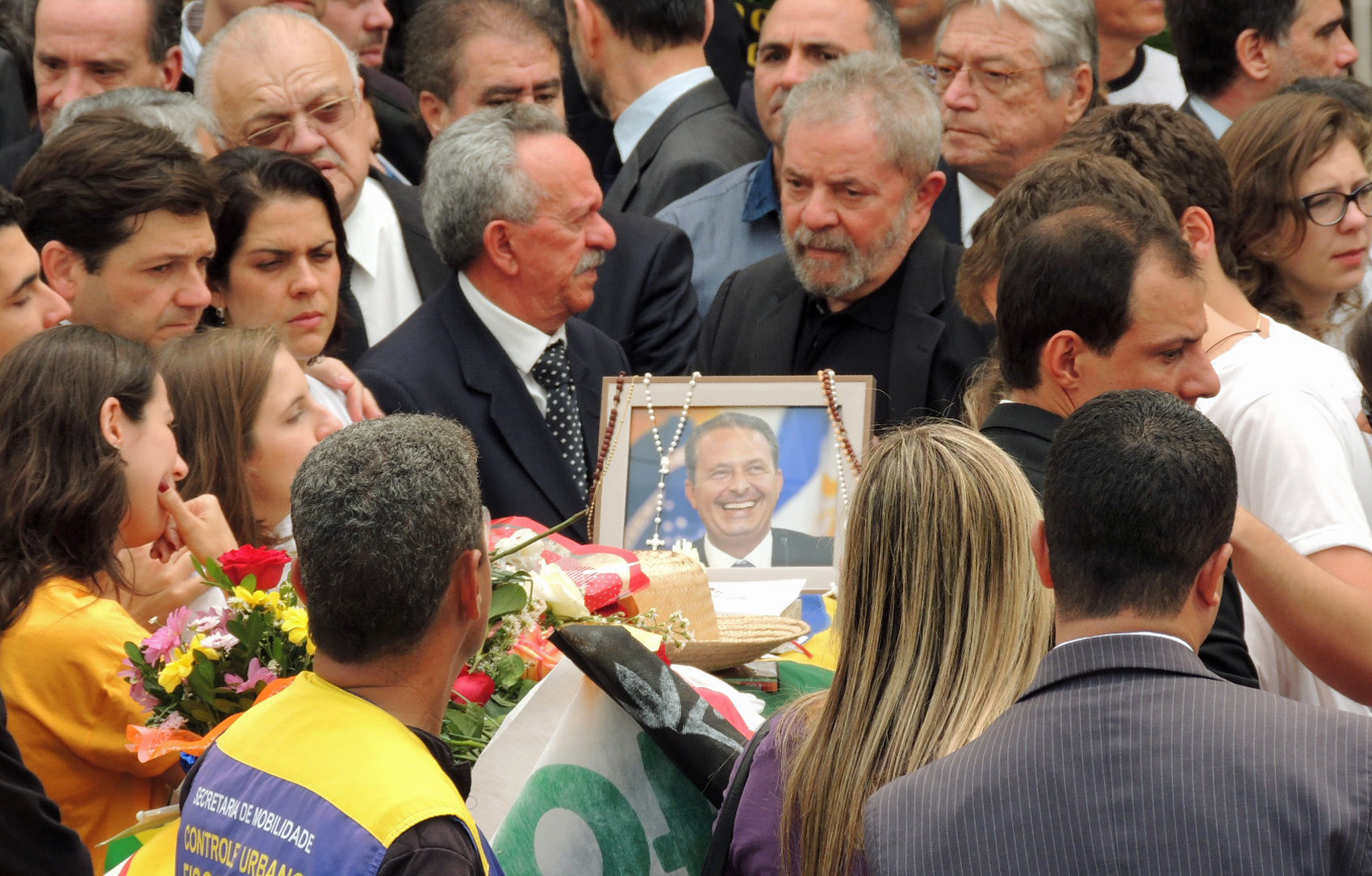 Ex-presidente Lula durante velório de Eduardo Campos neste domingo (17)