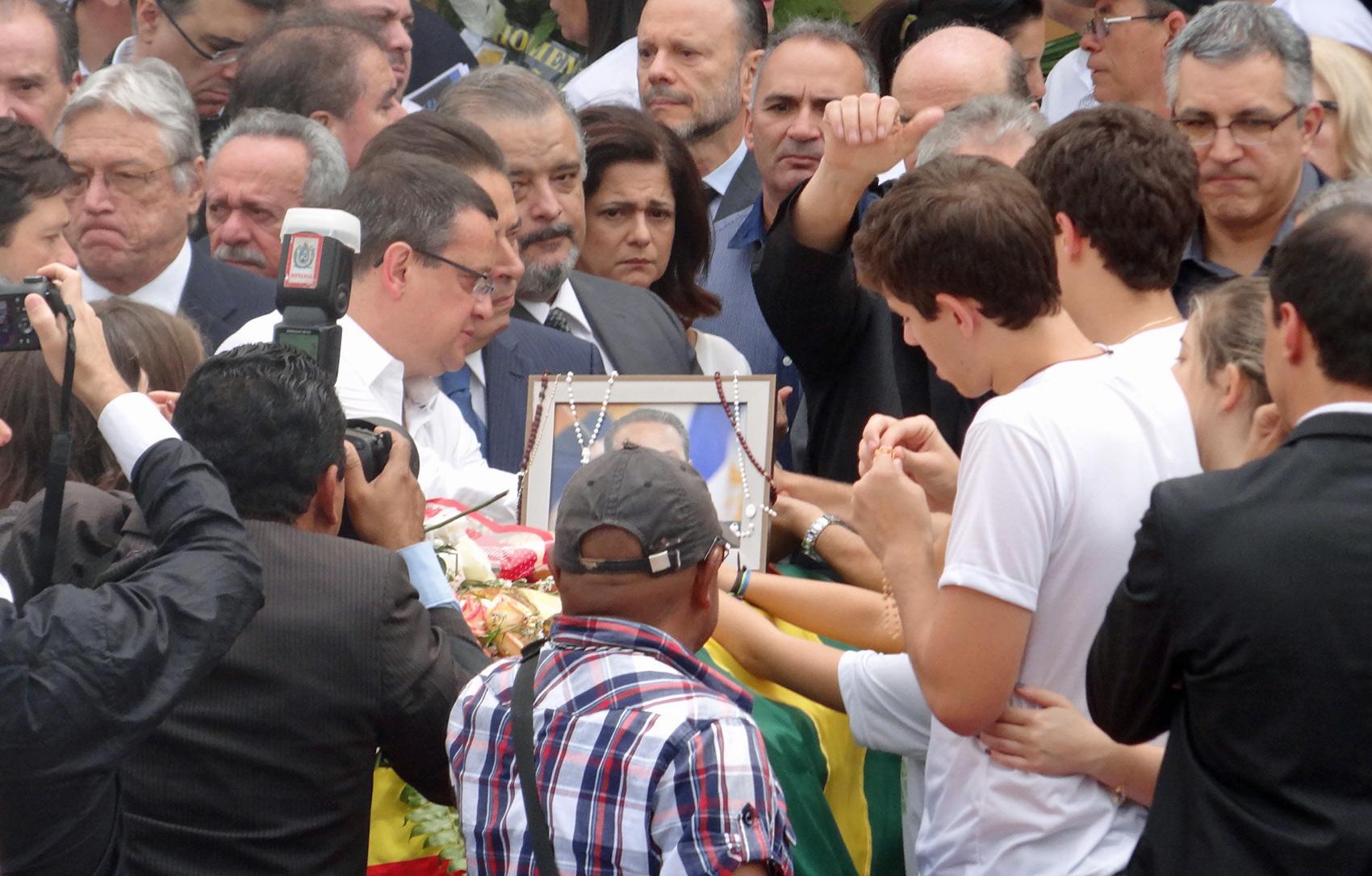 Filhos de Eduardo Campos ao lado do caixão do pai durante velório neste domingo (17)