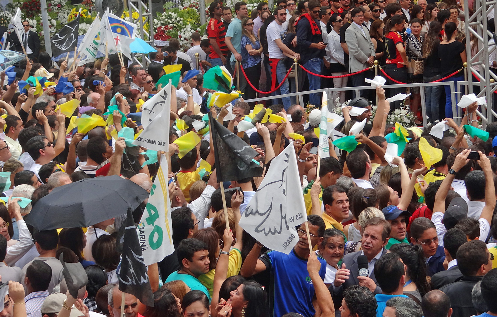 População lota velório de Eduardo Campos, Carlos Percol e Alexandre Severo
