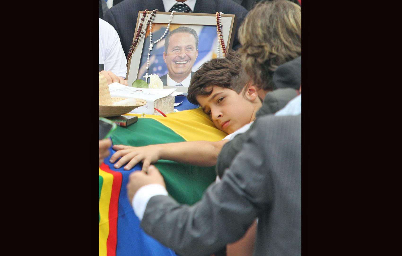 José, filho de Eduardo Campos, abraça o caixão do pai, o ex-governador pernambucano
