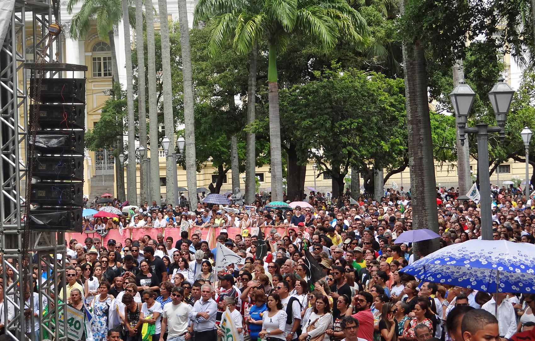 Milhares de pessoas acompanharam a missa campal em frente ao Palácio do Campo das Princesas