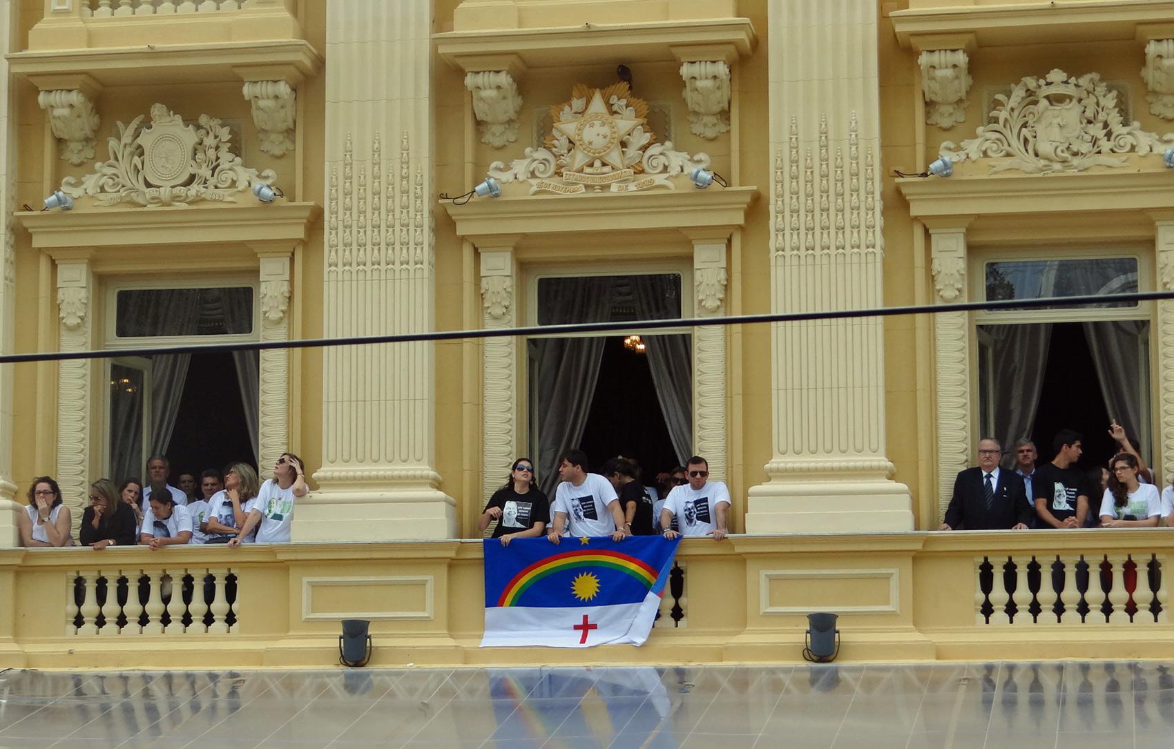 Algumas pessoas acompanharam a missa na sacada da sede do governo de Pernambuco