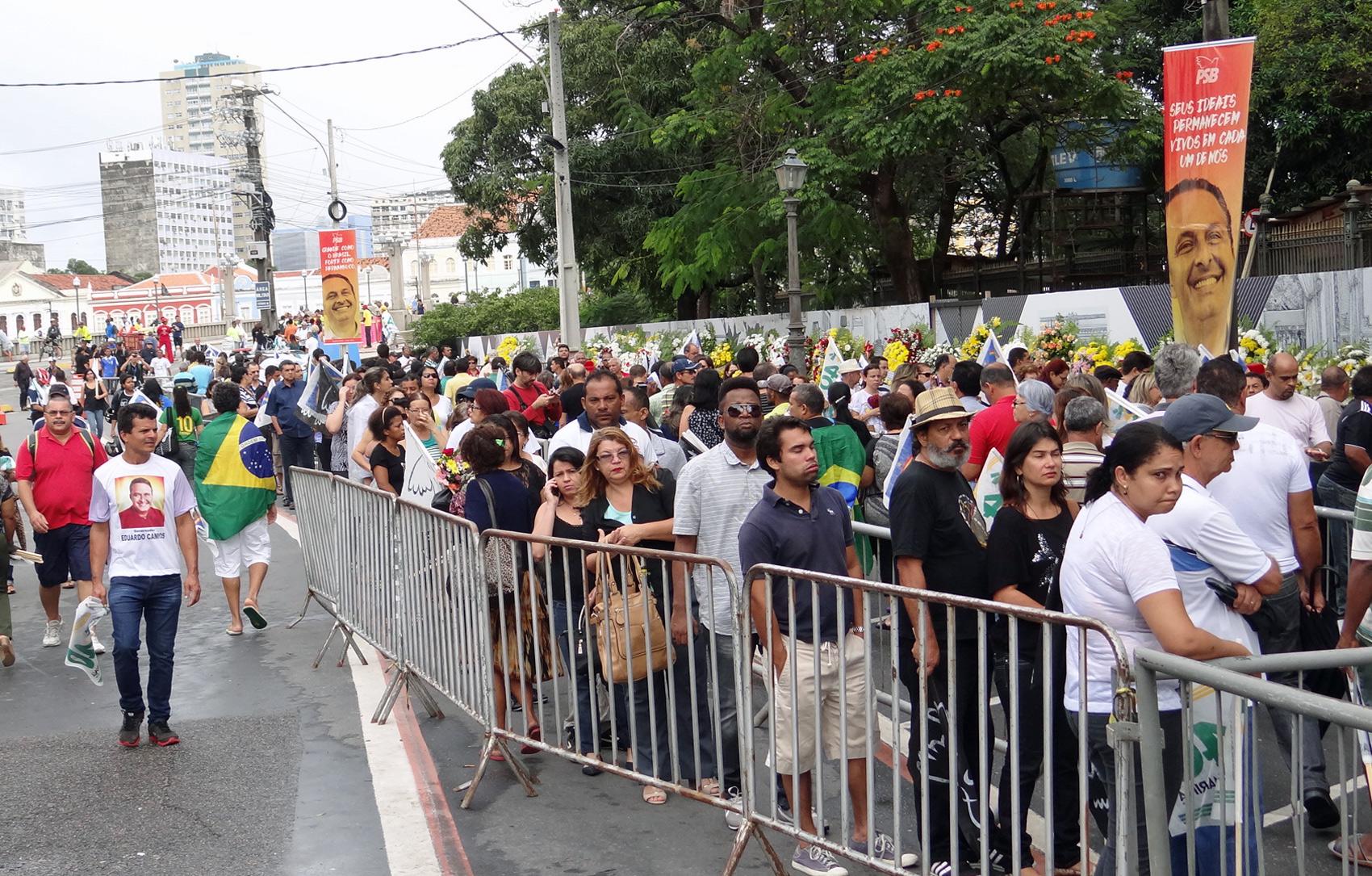 Fila para ver os caixões durante velório de Eduardo Campos, Carlos Percol e Marcelo Lyra
