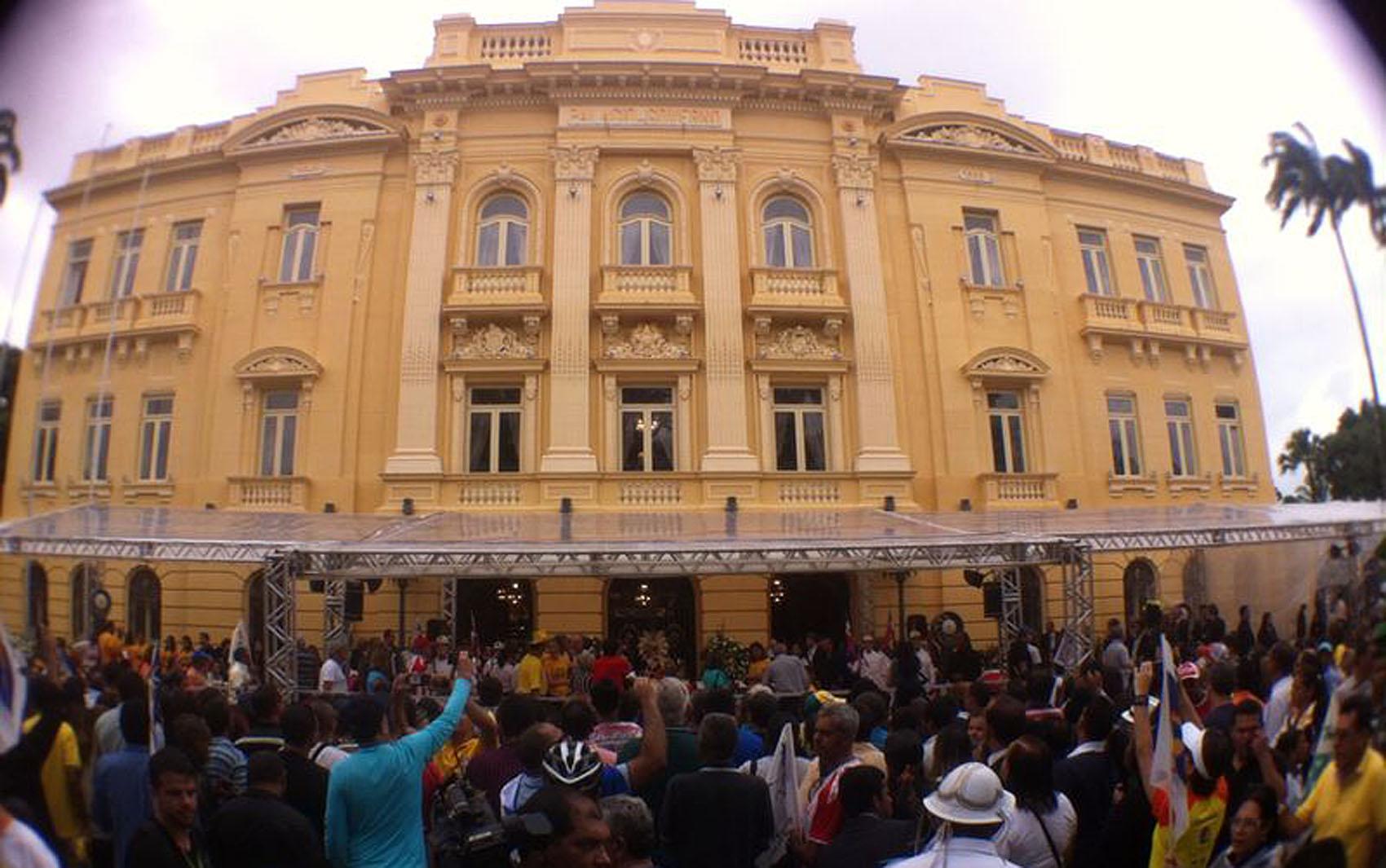 Aglomeração em frente ao Palácio do Campo das Princesas
