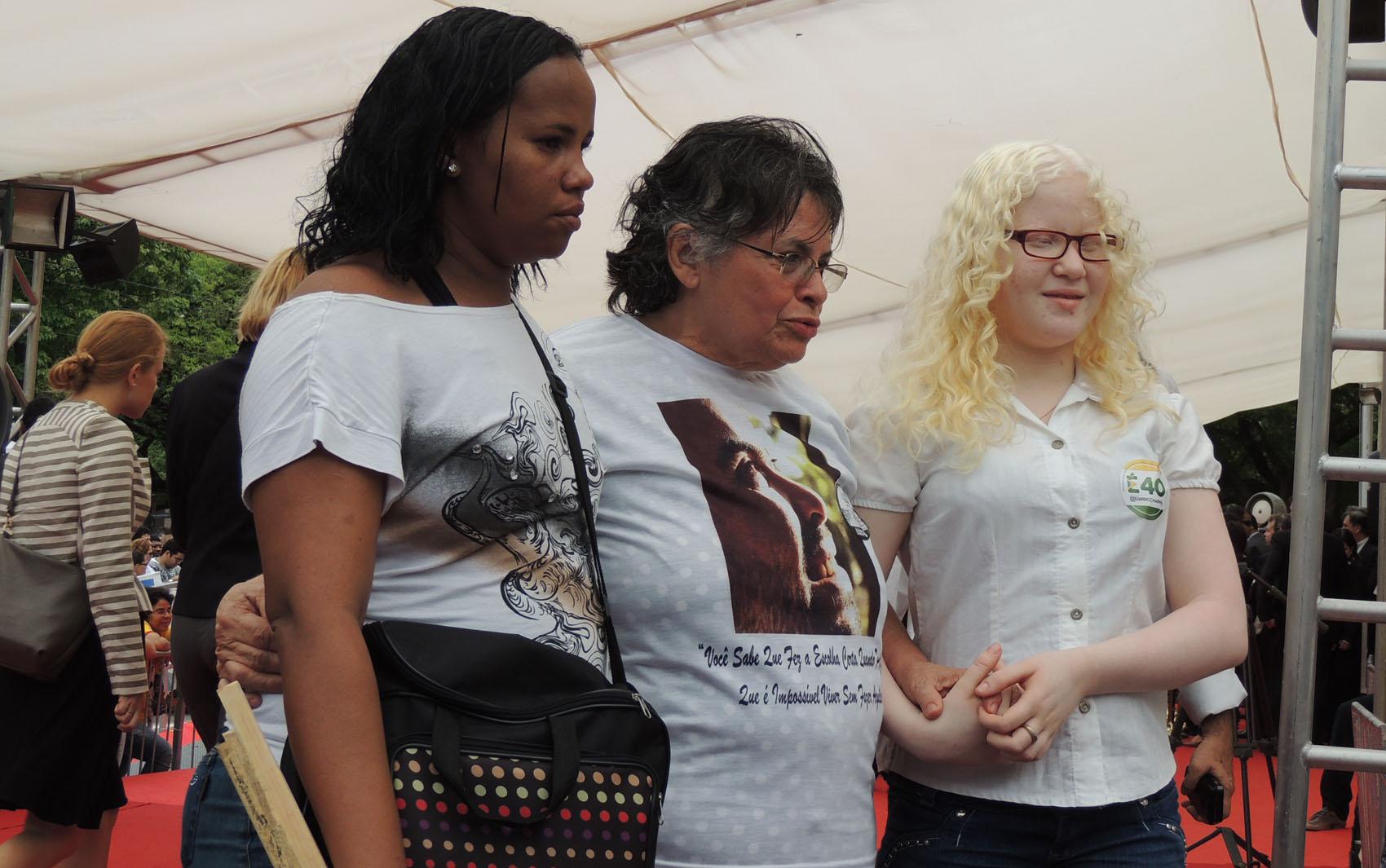 Rita Regina da Silva, mãe do fotógrafo Alexandre Severo, ao centro. Stefanie Sobral (à direita), personagem de um dos ensaios mais conhecidos do fotógrafo