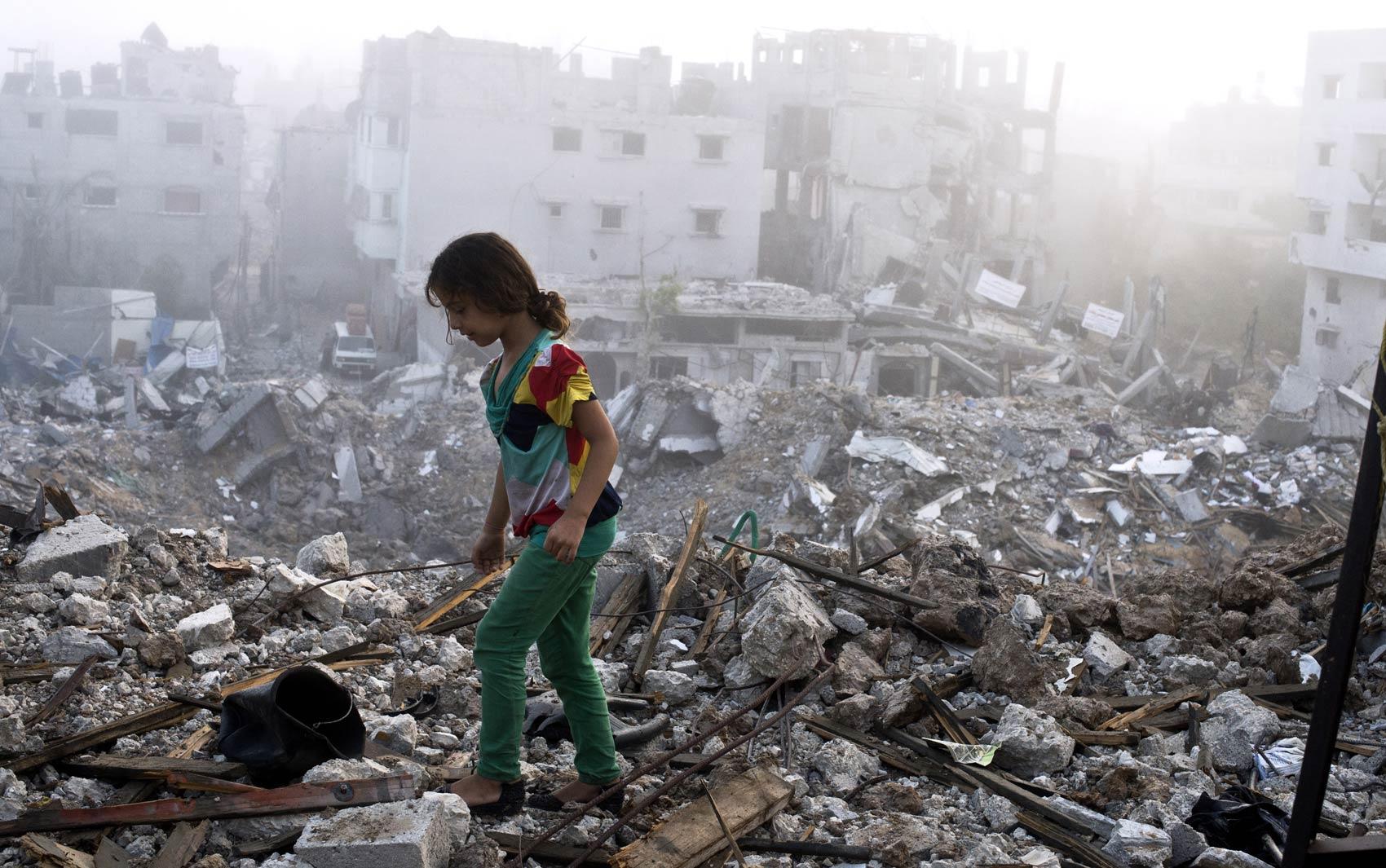 27/8 - Menina vasculha escombros no local onde ficava sua casa após voltar com a família ao bairro de Shejaiya, na Cidade de Gaza
