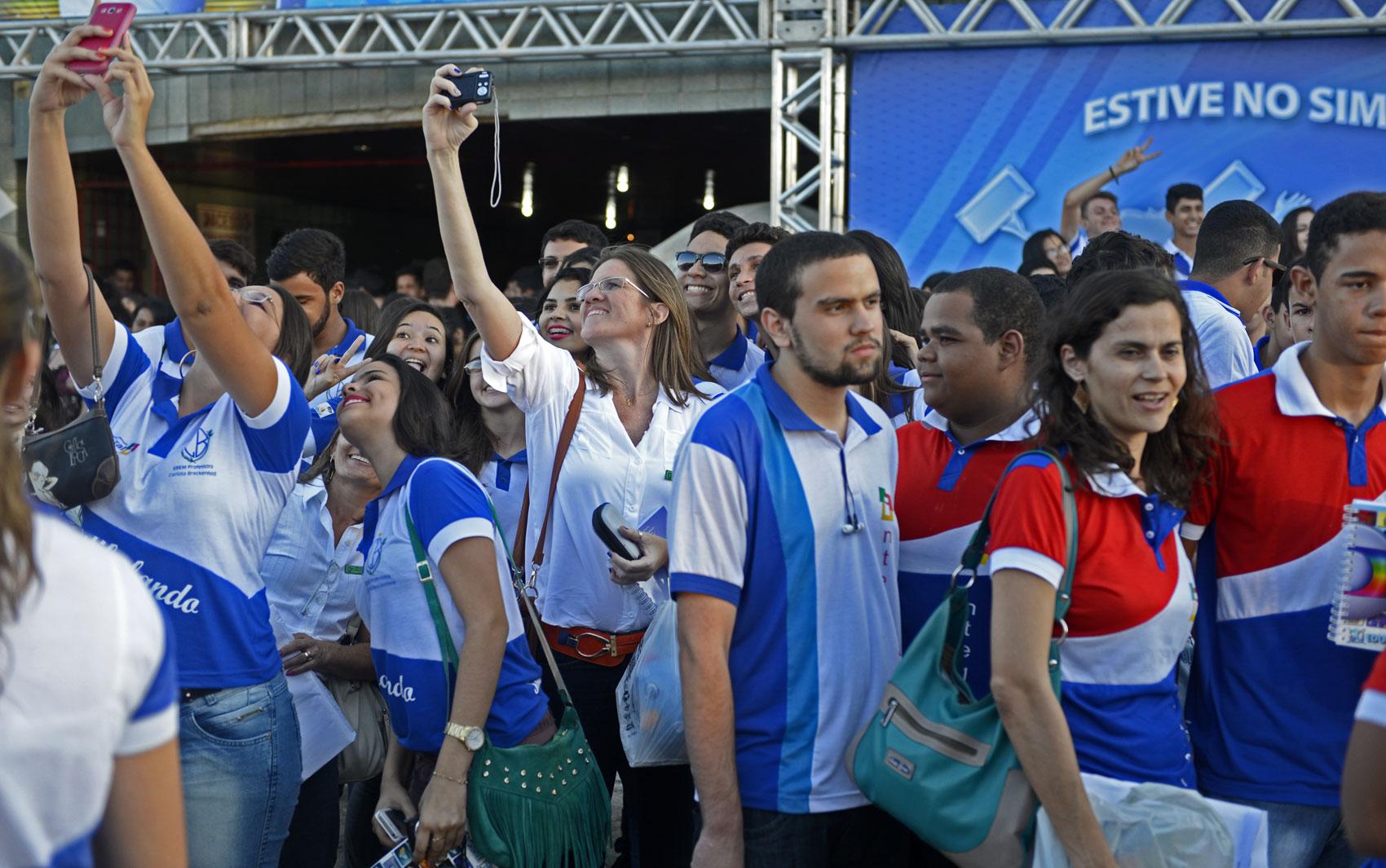 Estudantes fazem selfie na saída do aulão do Projeto Educação
