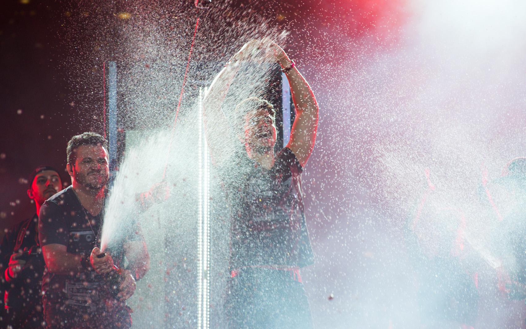 Luan Santana finaliza show com champagne no palco da 59ª Festa do Peão de Barretos