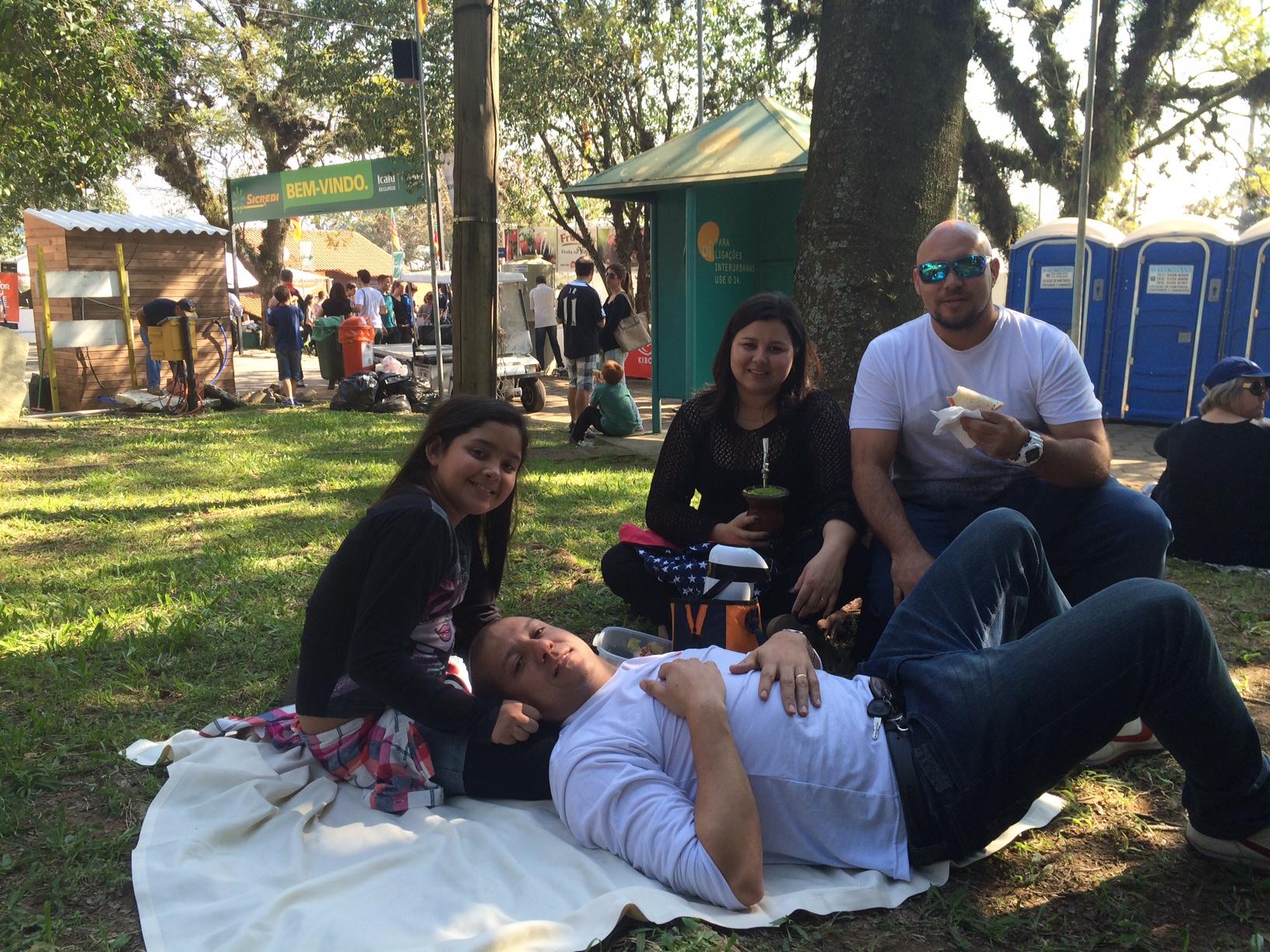 """""""O dia esta maravilhoso. Aproveitamos pra comer e sentar em meio as árvores. Costumamos vir todo ano"""", disse o administrador Tony Ferrer Andrades, 31 anos, de Porto Alegre."""