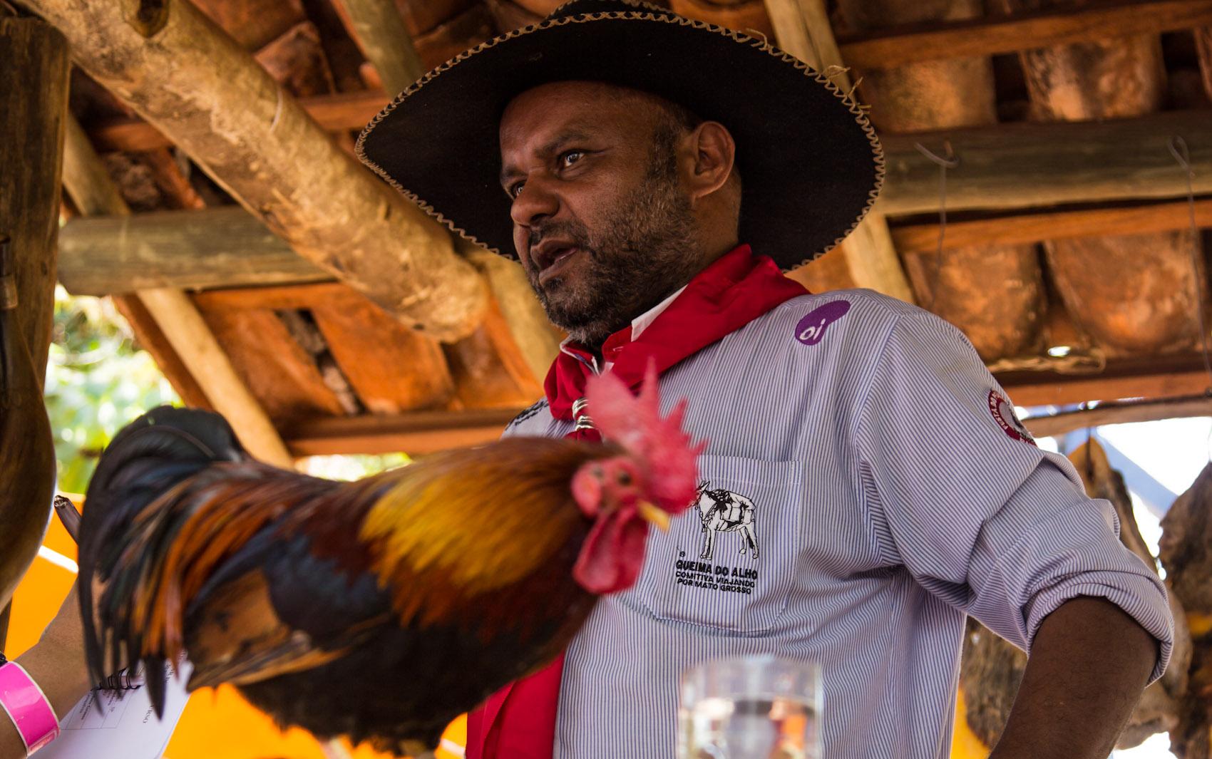 O comissário Luis Carlos Gonçalves veio de Cuiabá (MT) em uma comitiva de 16 tropeiros e trouxe o galo de estimação para a Queima do Alho em Barretos