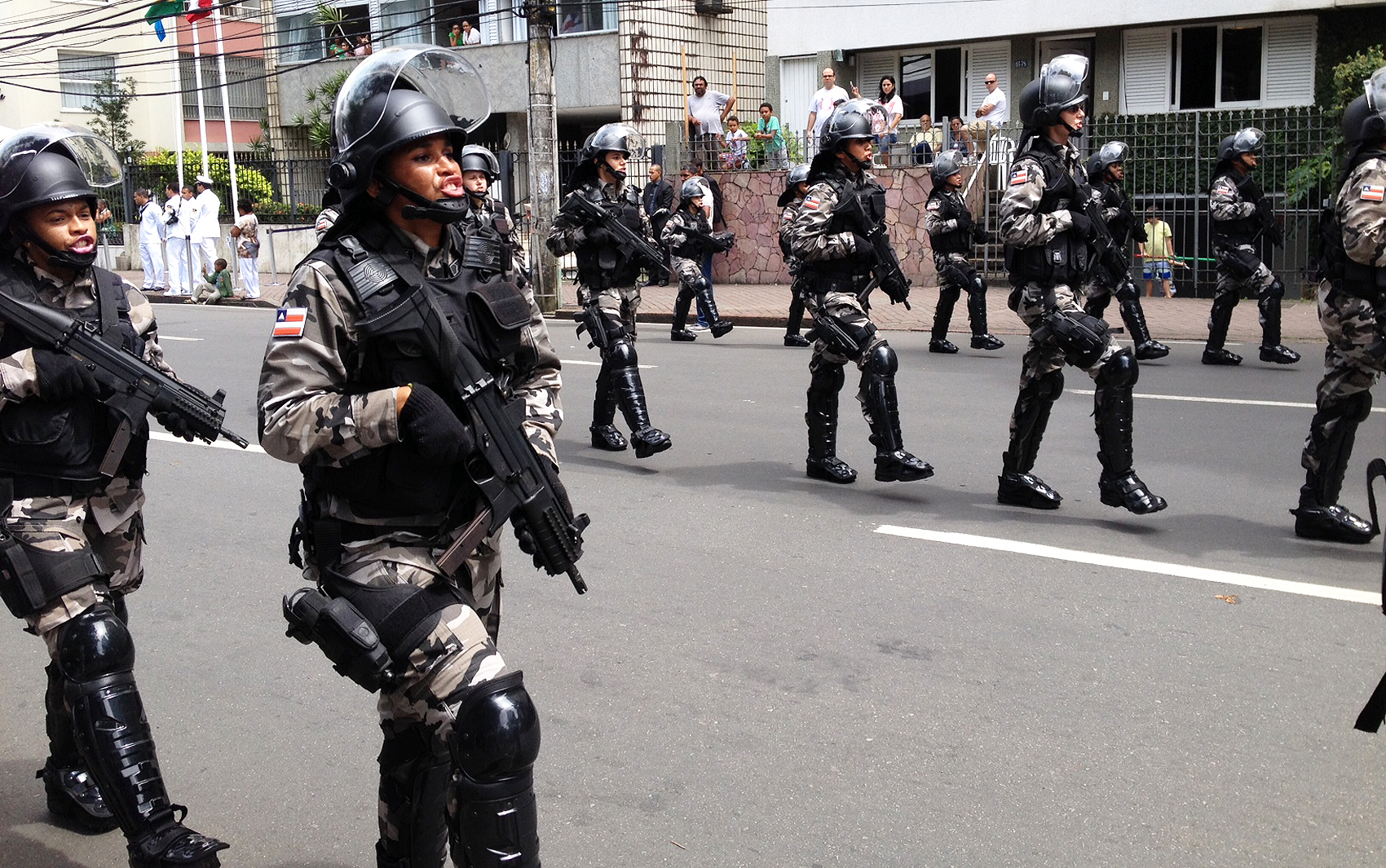 Tropa de choque no desfile do centro de Salvador, na manhã deste domingo