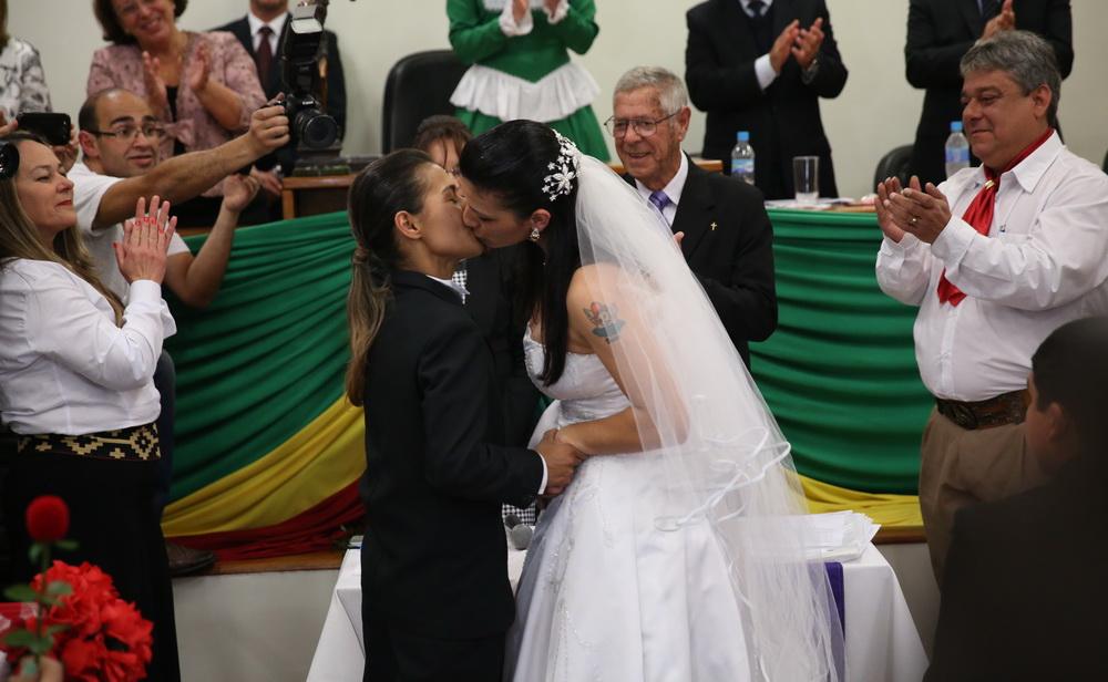 Casal gay trocou alianças em casamento coletivo em Santana do Livramento