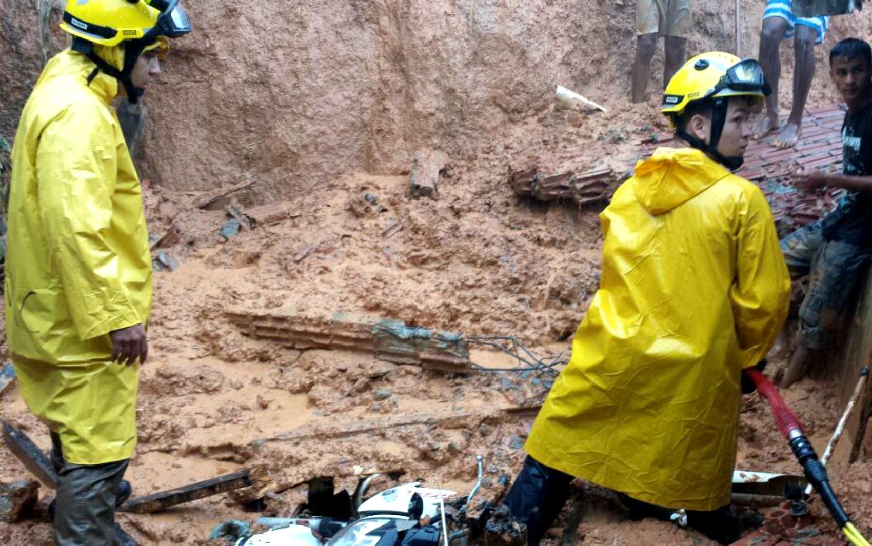 Bombeiros ajudam família que perdeu casa após chuva