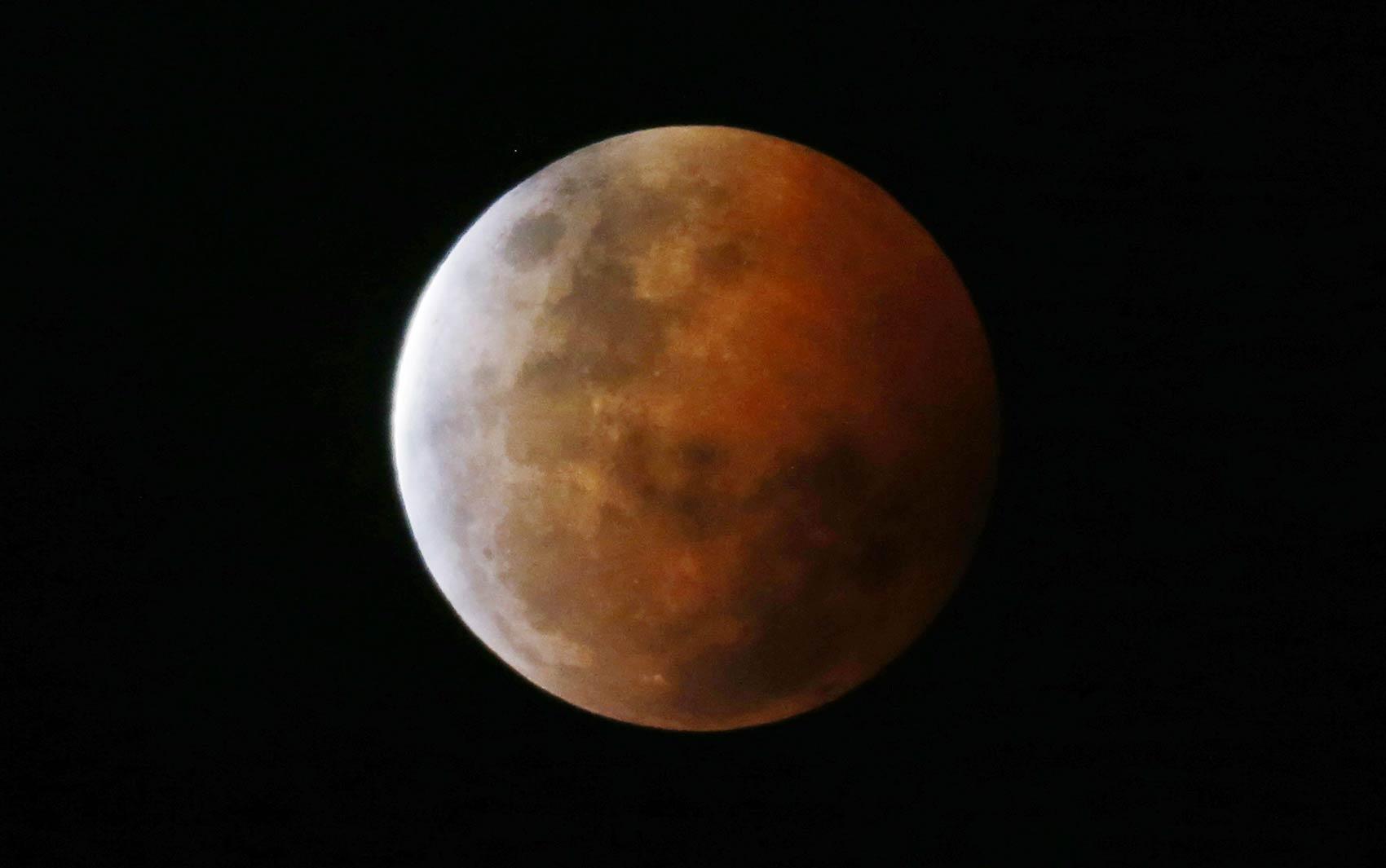 'Lua de sangue' é vista de Gosford, no norte de Sidney, na Austrália