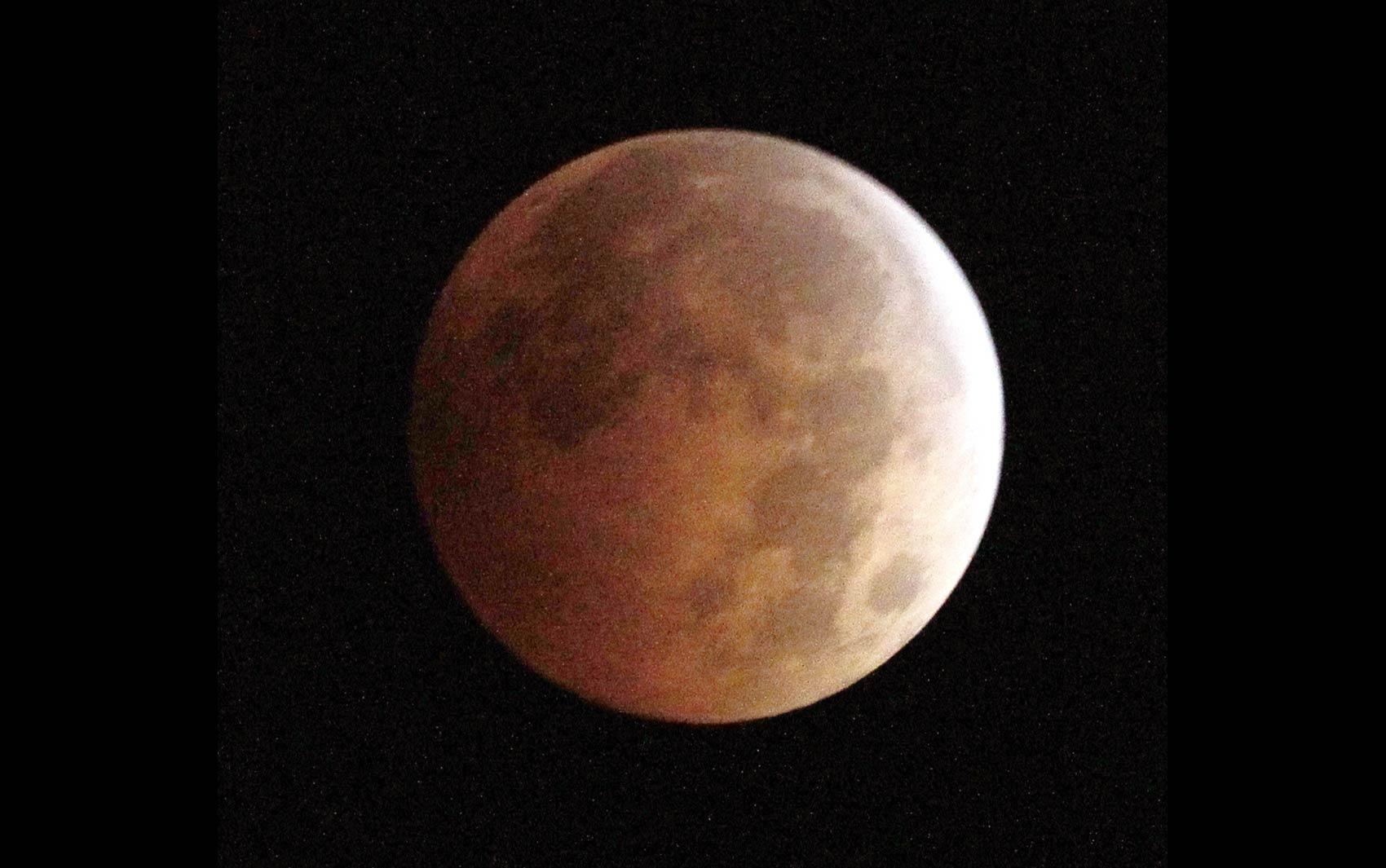 Fotógrafo registra a 'Lua de sangue' durante eclipse lunar visto de Monterey Park, na Califórnia (EUA)