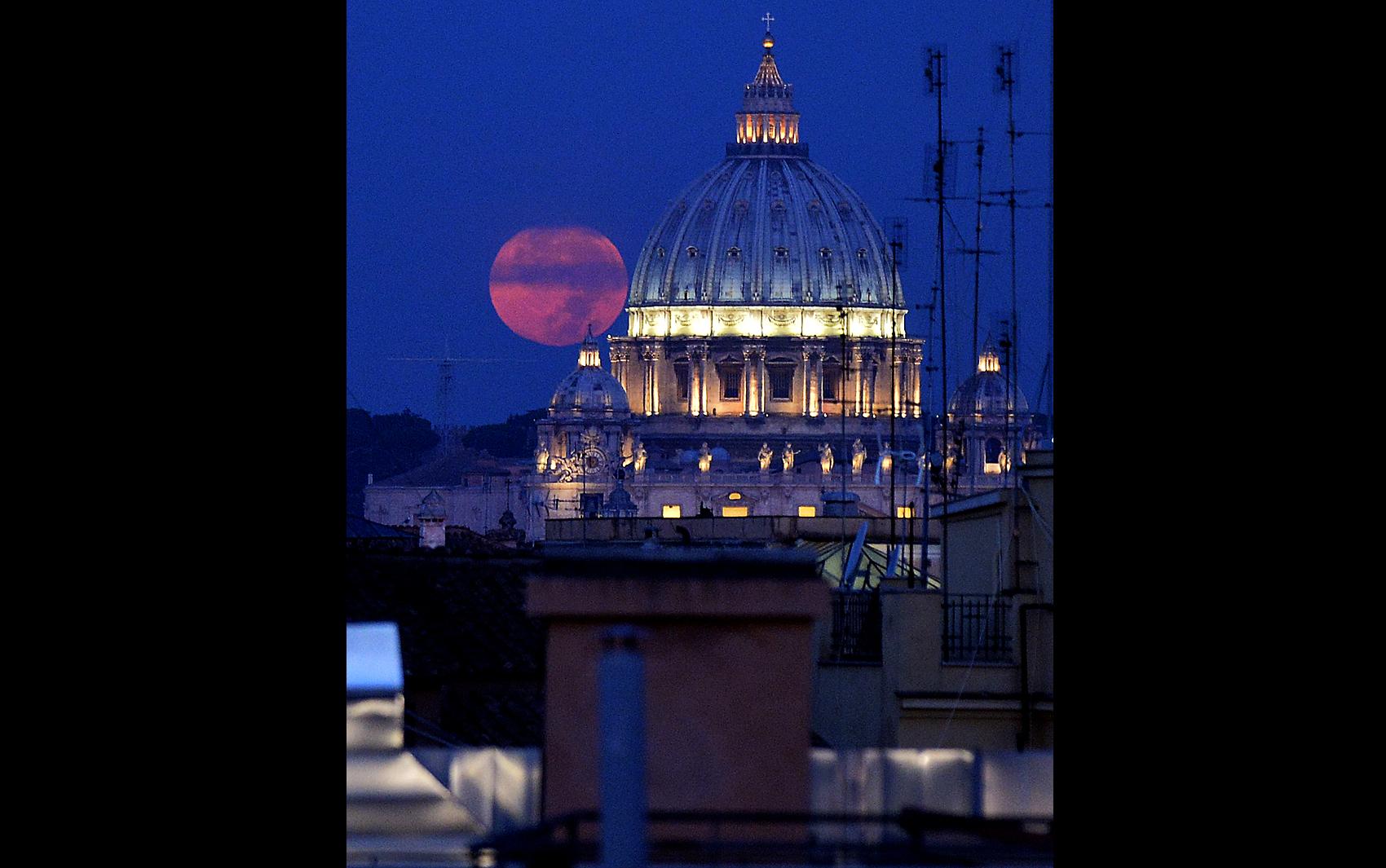 'Lua de Sangue' é vista atrás de cúpula na Praça de São Pedro, no Vaticano