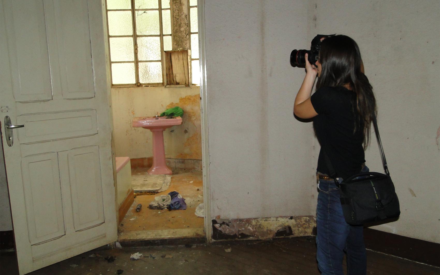 Banheiro antigo acumula roupas e sujeira em casarão abandonado de  #9E9E2D 1700x1065 Banheiro Antigo