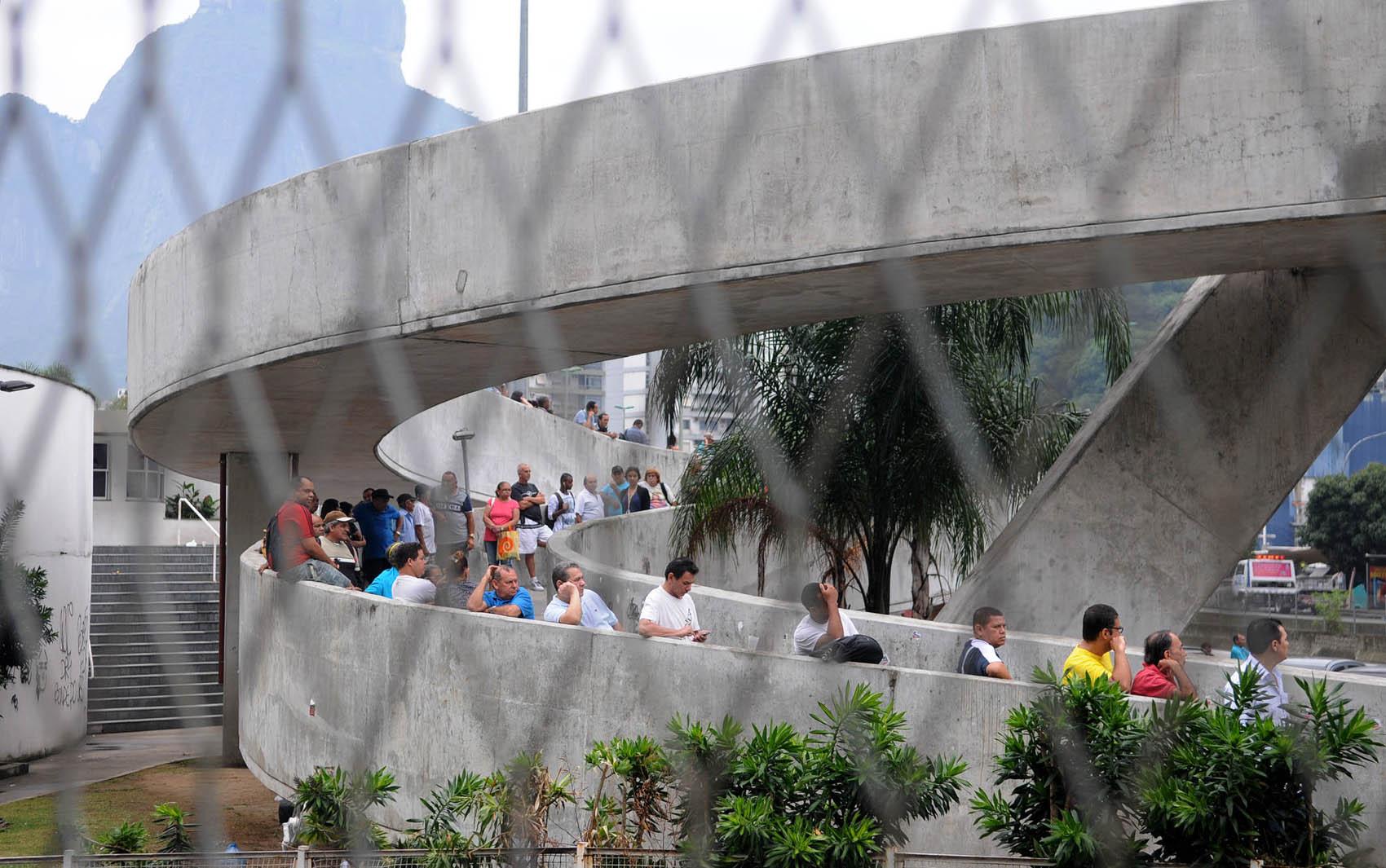 Eleitores da Rocinha aguardam para votar. O Rio de Janeiro tem mais de 12 milhões de eleitores.