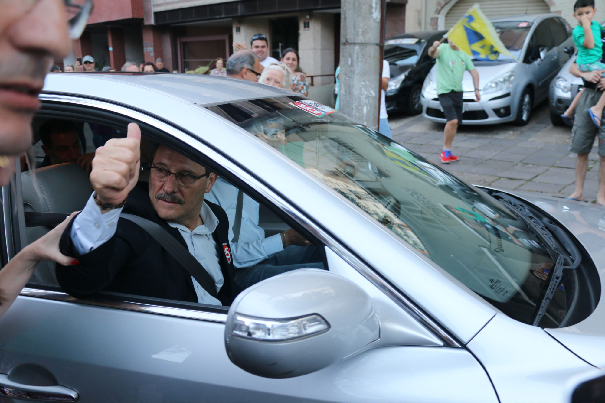 José Ivo Sartori cumprimenta militantes após a vitória no segundo turno.
