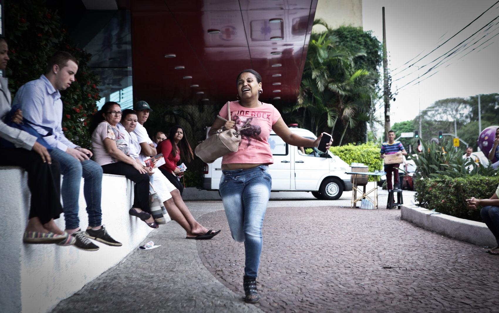 DOMINGO (9) - São Paulo (SP) - A estoquista Joyce da Silva corre mas não chega a tempo de entrar para o Enem