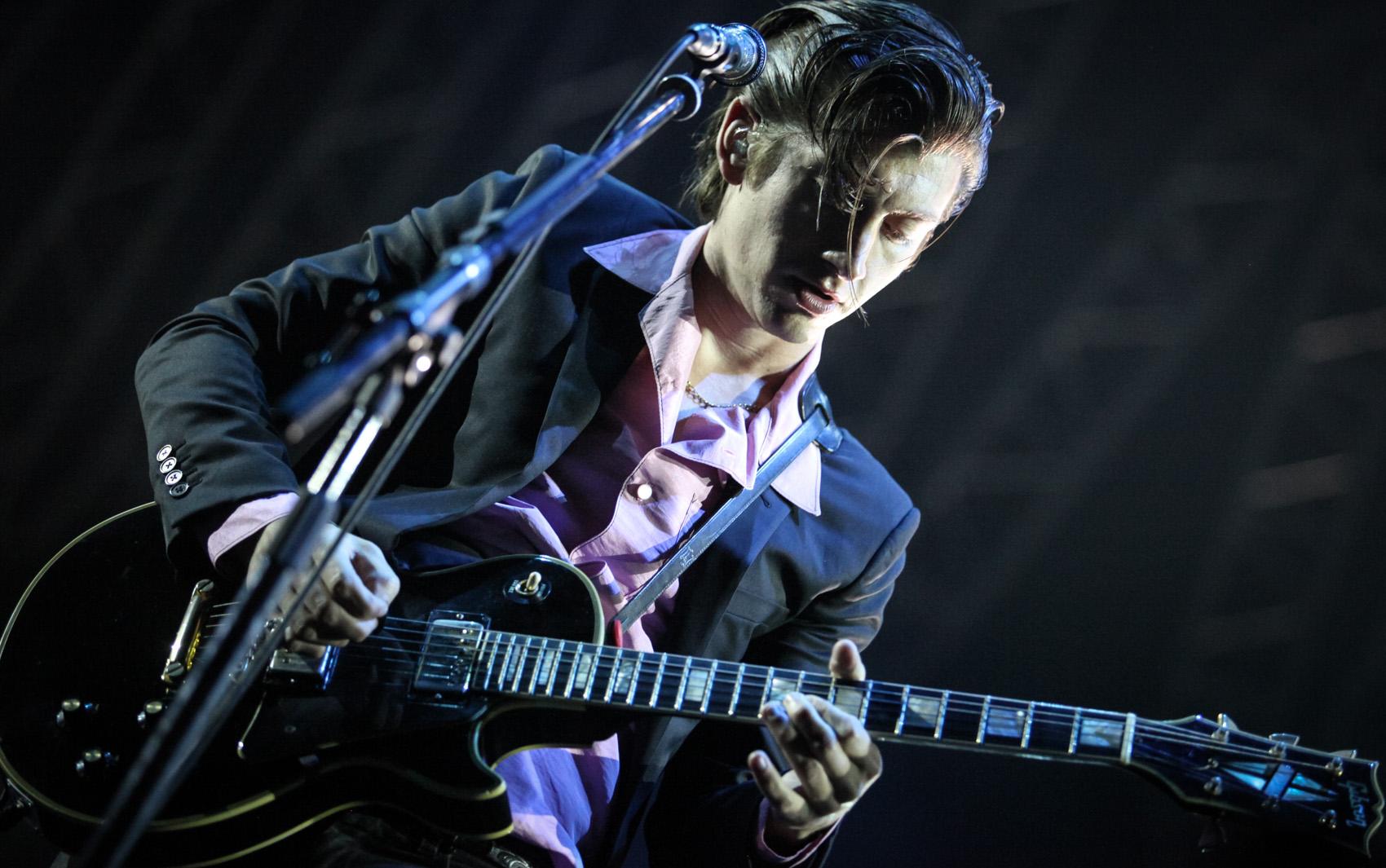 Alex Turner, vocalista e guitarrista do Arctic Monkeys, em apresentação no Rio de Janeiro
