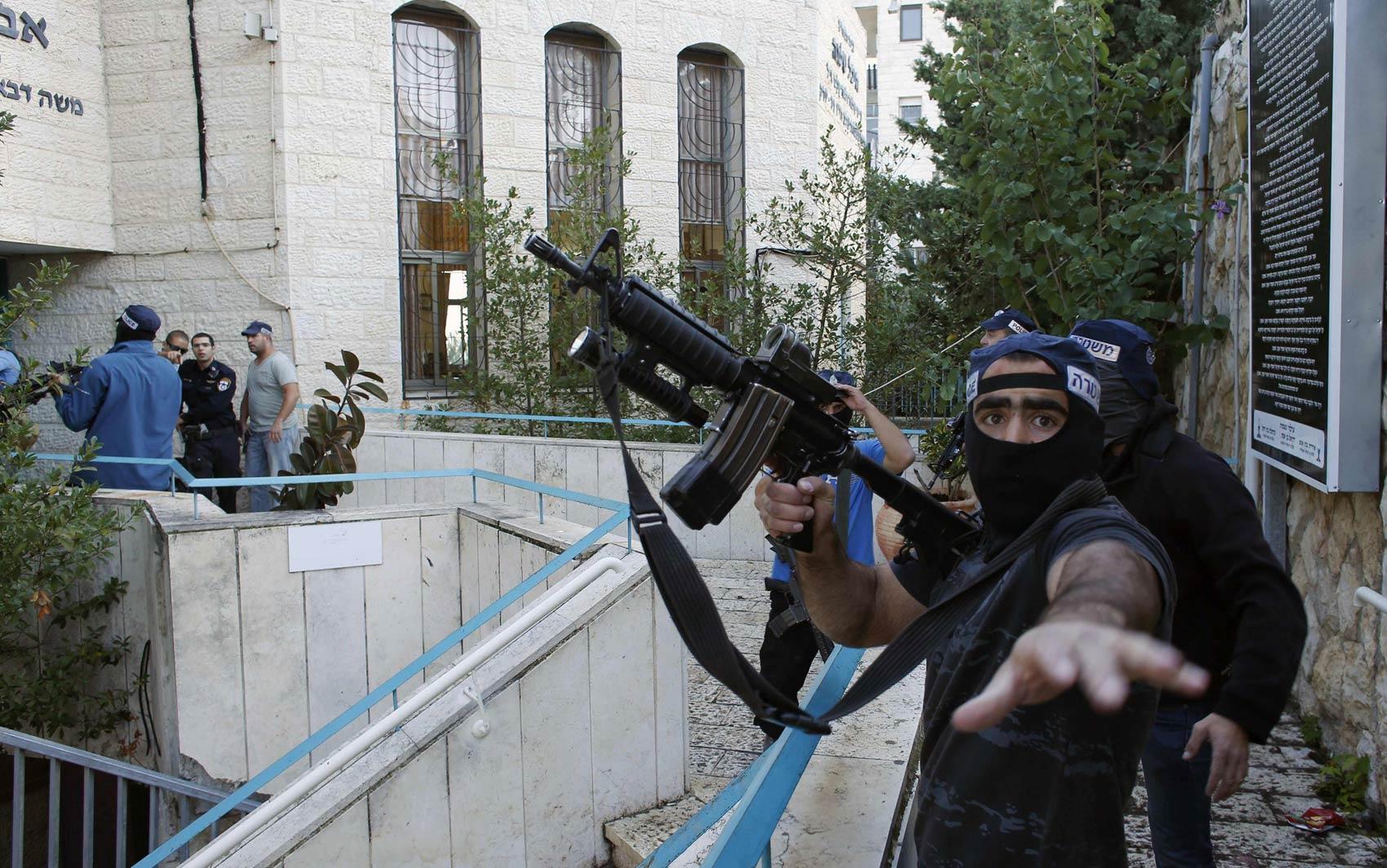 Forças de seguranças israelenses guardam o perímetro após ataque deixar mortos em sinagoga no bairro de judeus ultra-ortodoxos de Har Nof, em Jerusalém