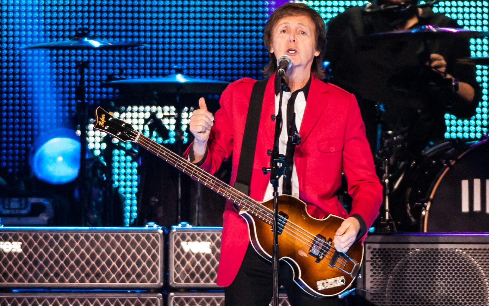 Paul McCartney e banda durante show em noite de chuva no Estádio Nacional Mané Garrincha, em Brasília