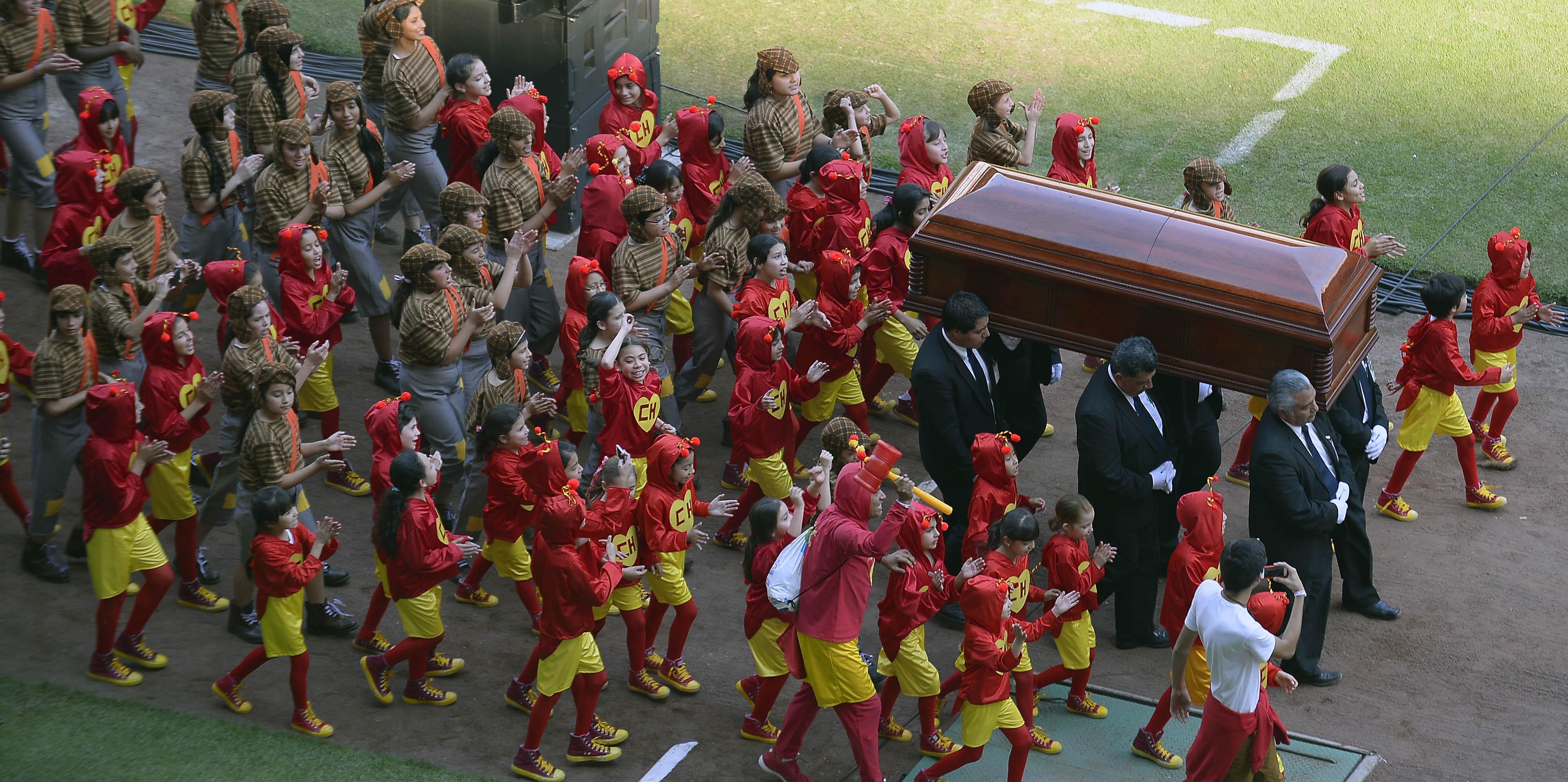 30/11/2014 - Caixão com corpo de Roberto Bolaños chega ao estádio Azteca rodeado de pessoas vestidas de 'Cahpolin'