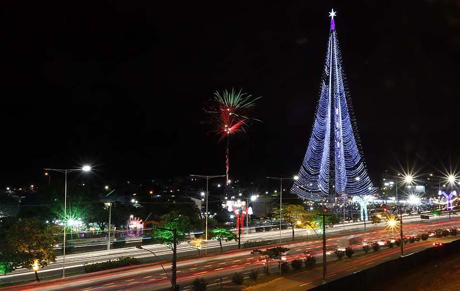 Árvore de Natal tem 126 metros de altura, e fica na Praça de Mirassol, na Zona Sul da capital potiguar