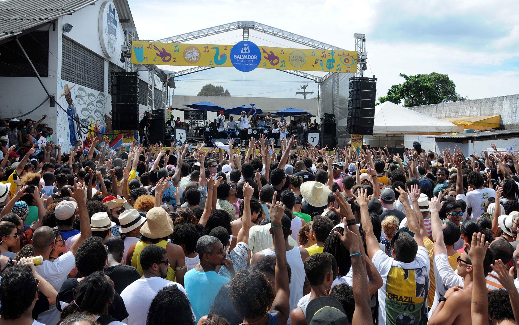 A banda BaianaSystem arrastou uma multidão para a Feira de São Joaquim