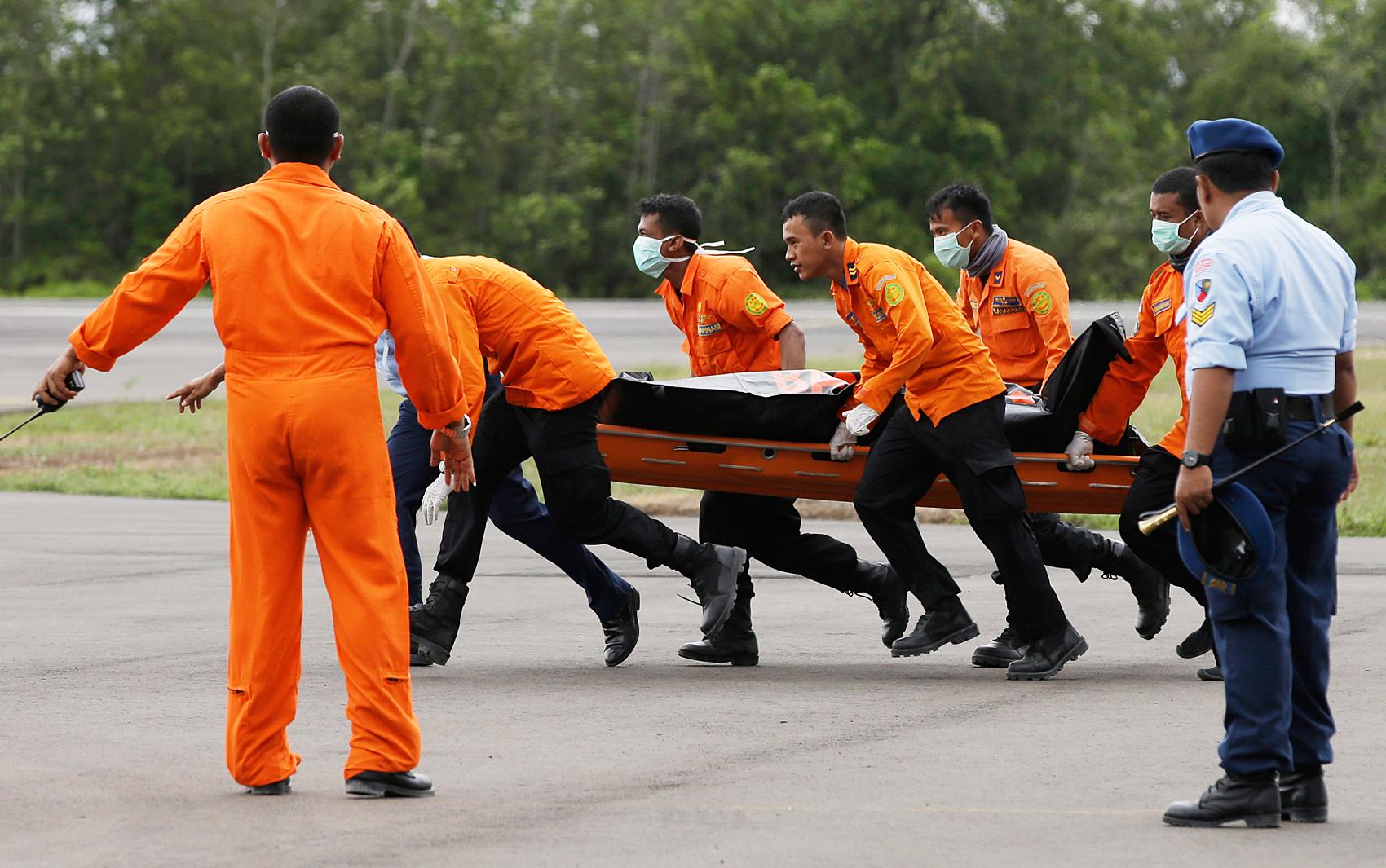 31/12 - Equipes de resgate descarregam o corpo de uma das vítimas do voo da AirAsia nesta quarta-feira (31)