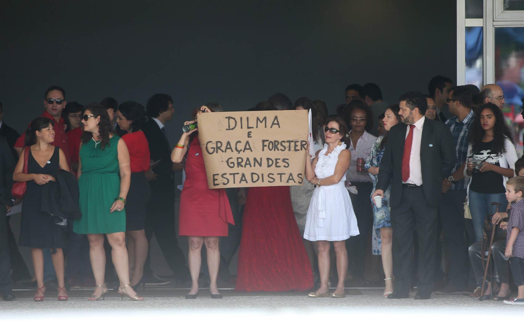 Convidados exibem cartaz com a frase 'Dilma e Graça Forster (presidente da Petrobrás), grandes estadistas' no interior do Palácio do Planalto durante cerimônia de posse do segundo mandato da presidente