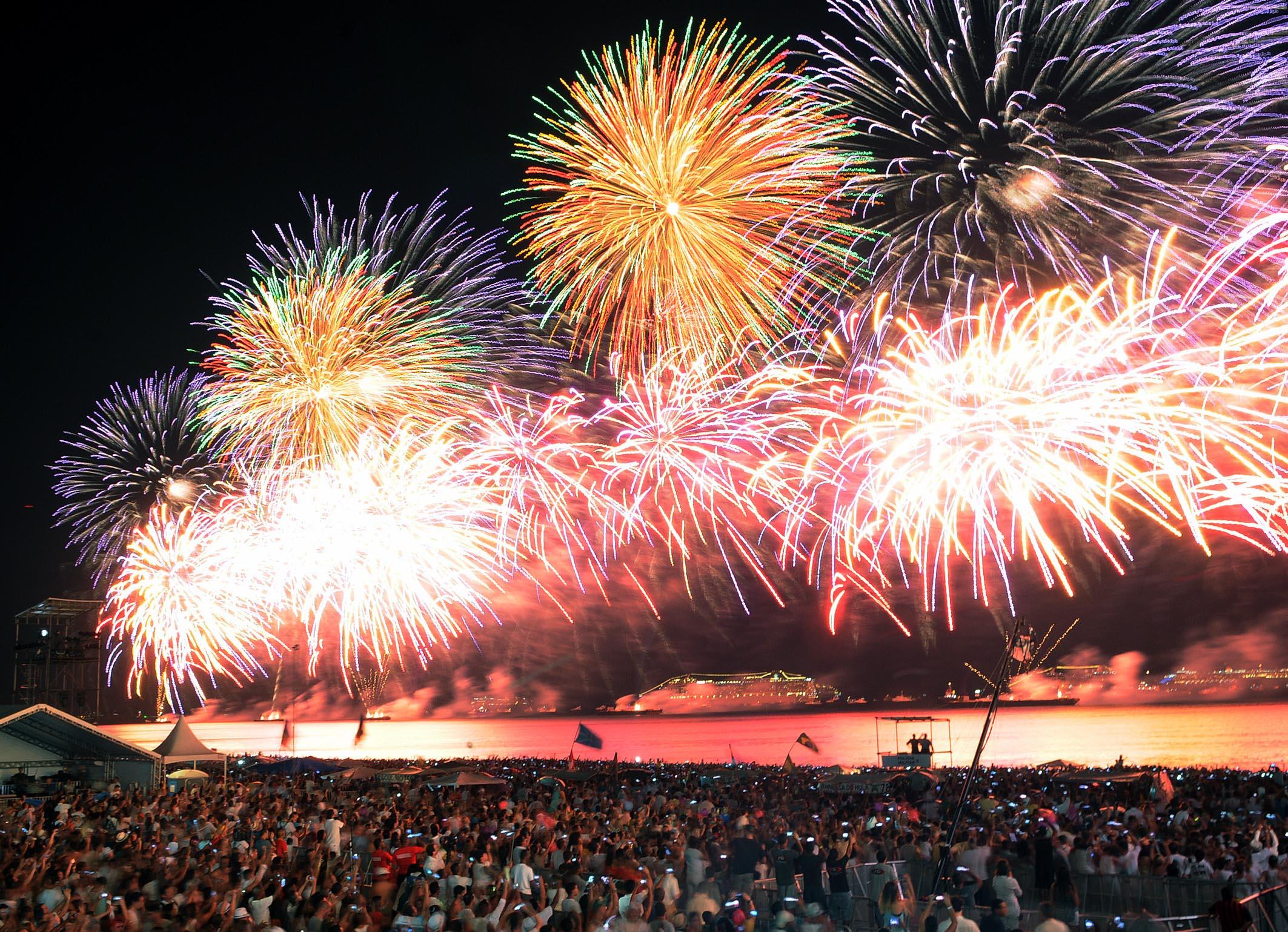 Queima de fogos ilumina a praia de Copacabana com a chegada de 2015.